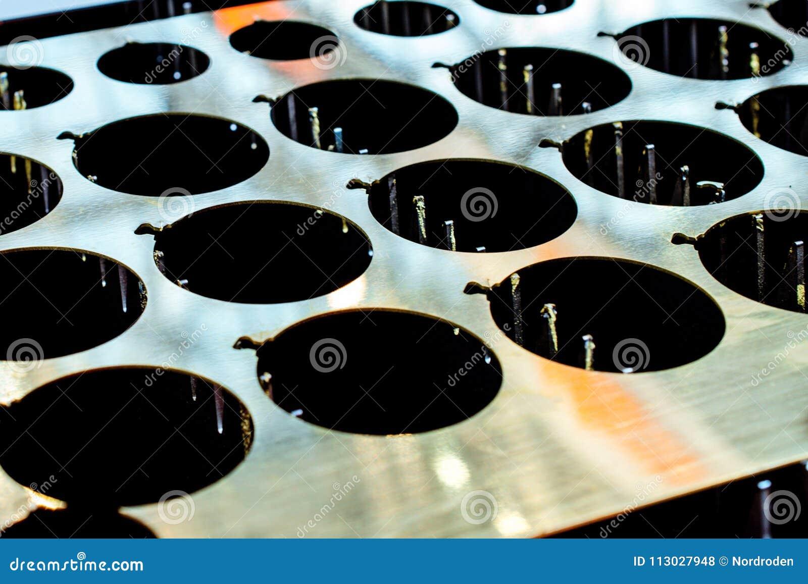 Hoja de metal con los agujeros redondos grandes