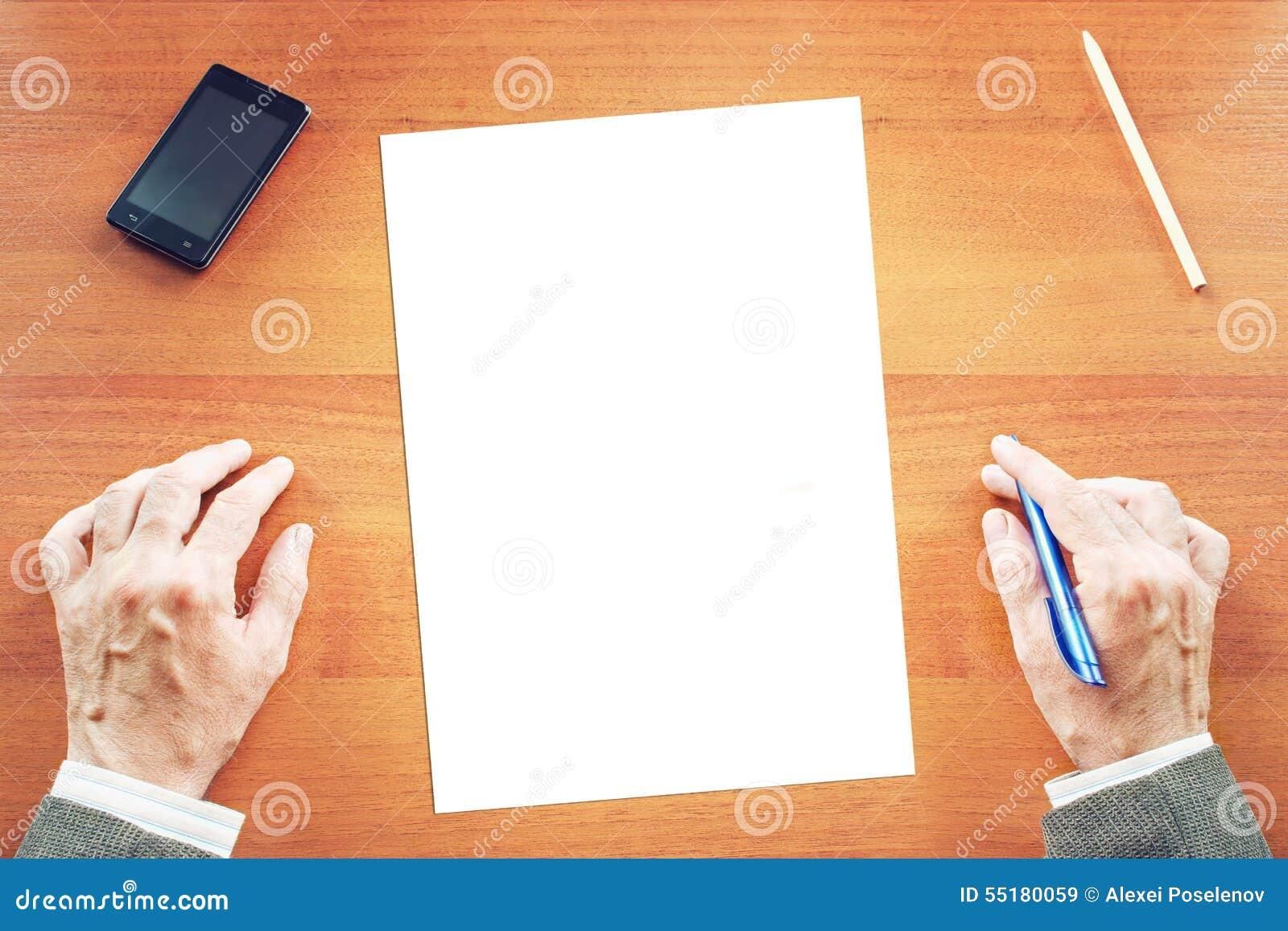 Hoja de papel vac a en un escritorio y un hombre listos - Escritorio para escribir ...