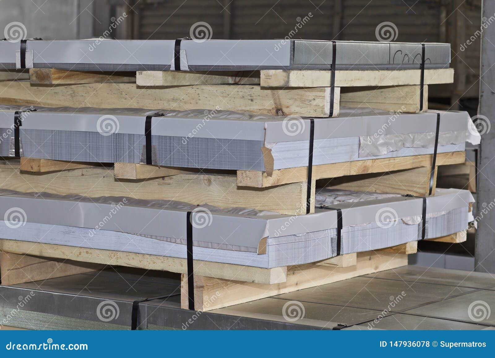 Hoja galvanizada en paquetes en almac?n de los productos de metal