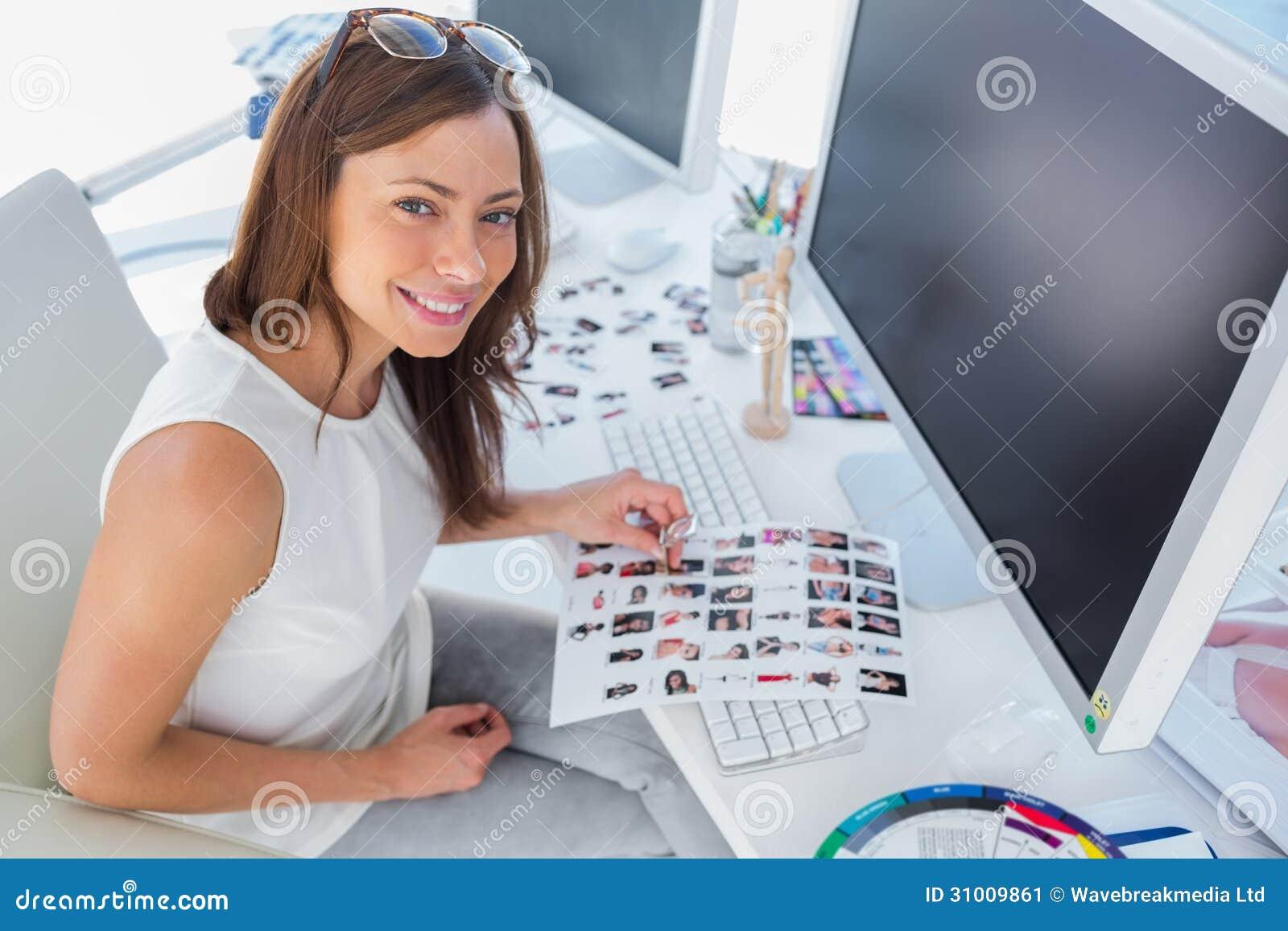 Hoja sonriente del contacto de la tenencia del diseñador
