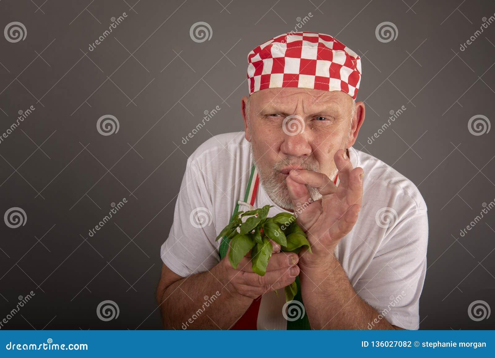 Hojas de la albahaca del cocinero que huelen italiano maduro