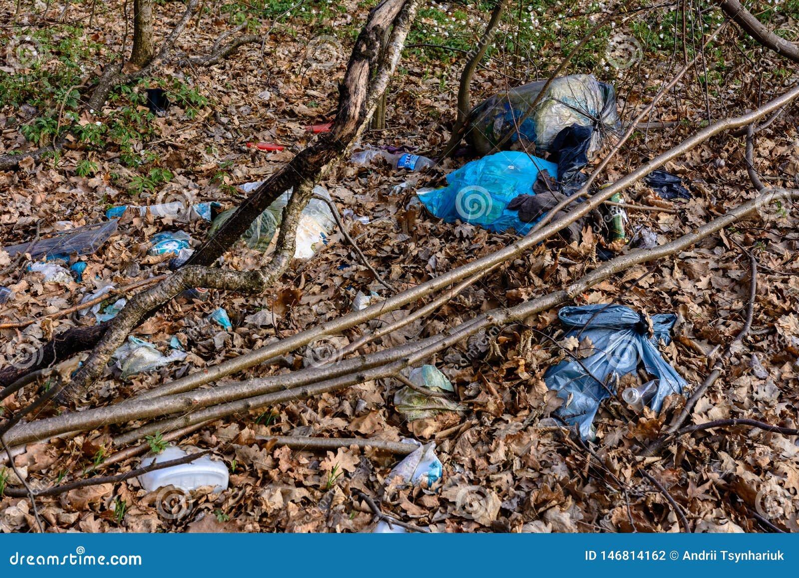 Hojas modernas de la civilizaci?n detr?s de las monta?as y de los montones enormes de la basura, que cubre la ecolog?a de bosques