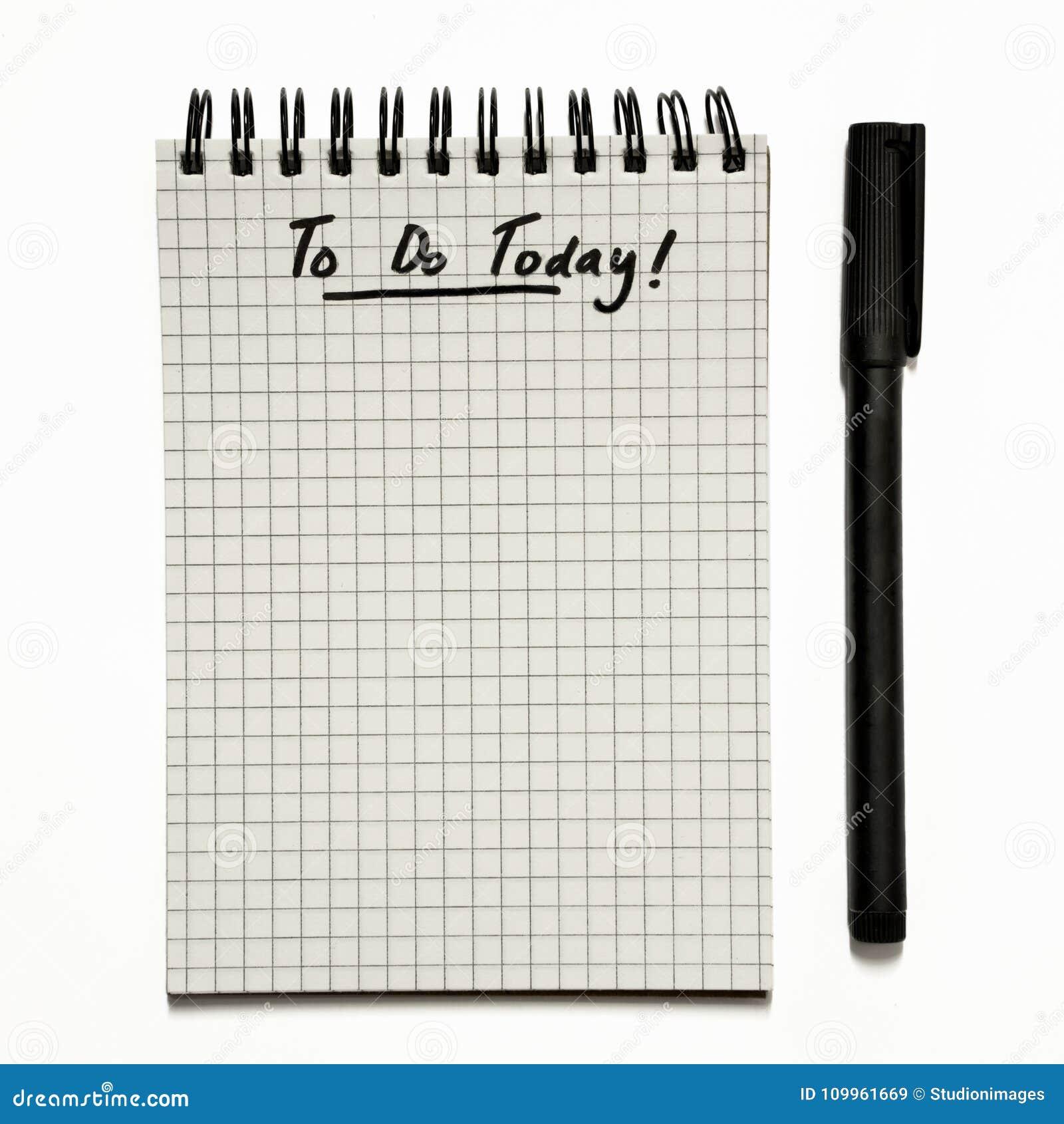 Hoje - para fazer a lista no bloco de notas espiral gridded com a pena, urgente - isolado no branco