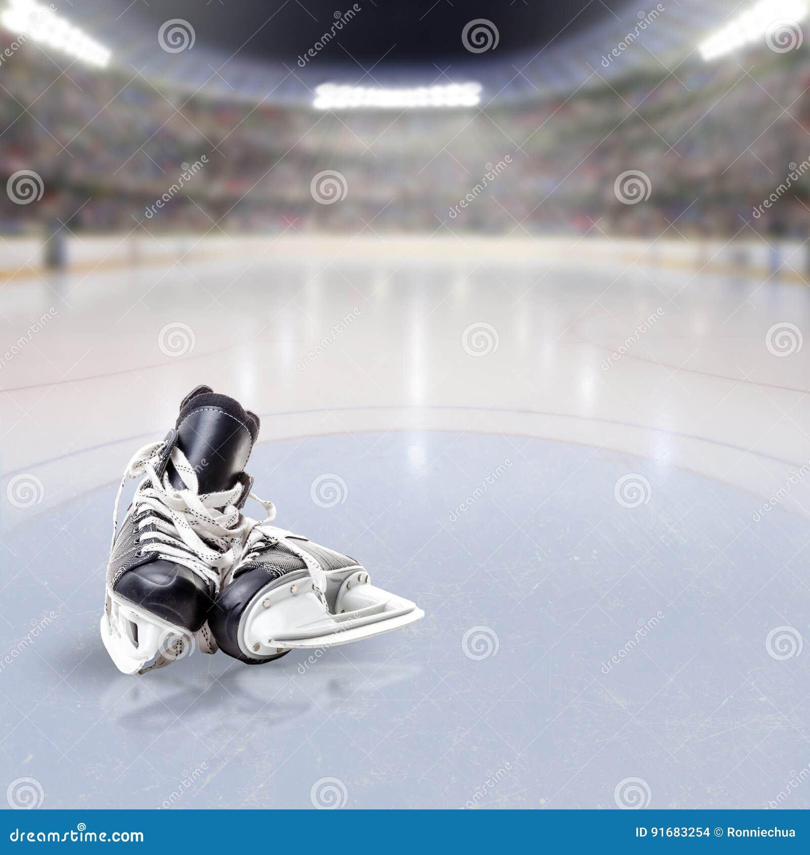 Hokej Jeździć na łyżwach na lodzie Zatłoczona arena
