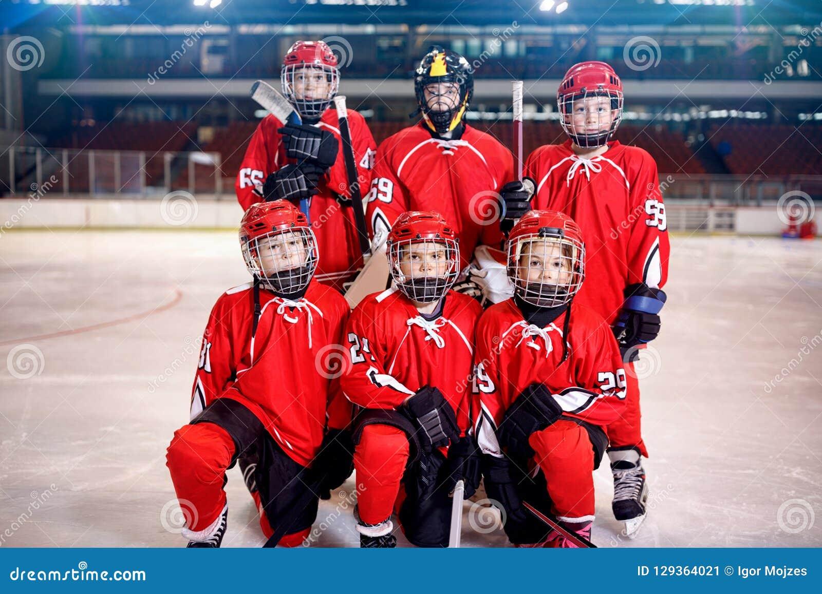 Hokej na lodzie chłopiec graczów drużynowy portret