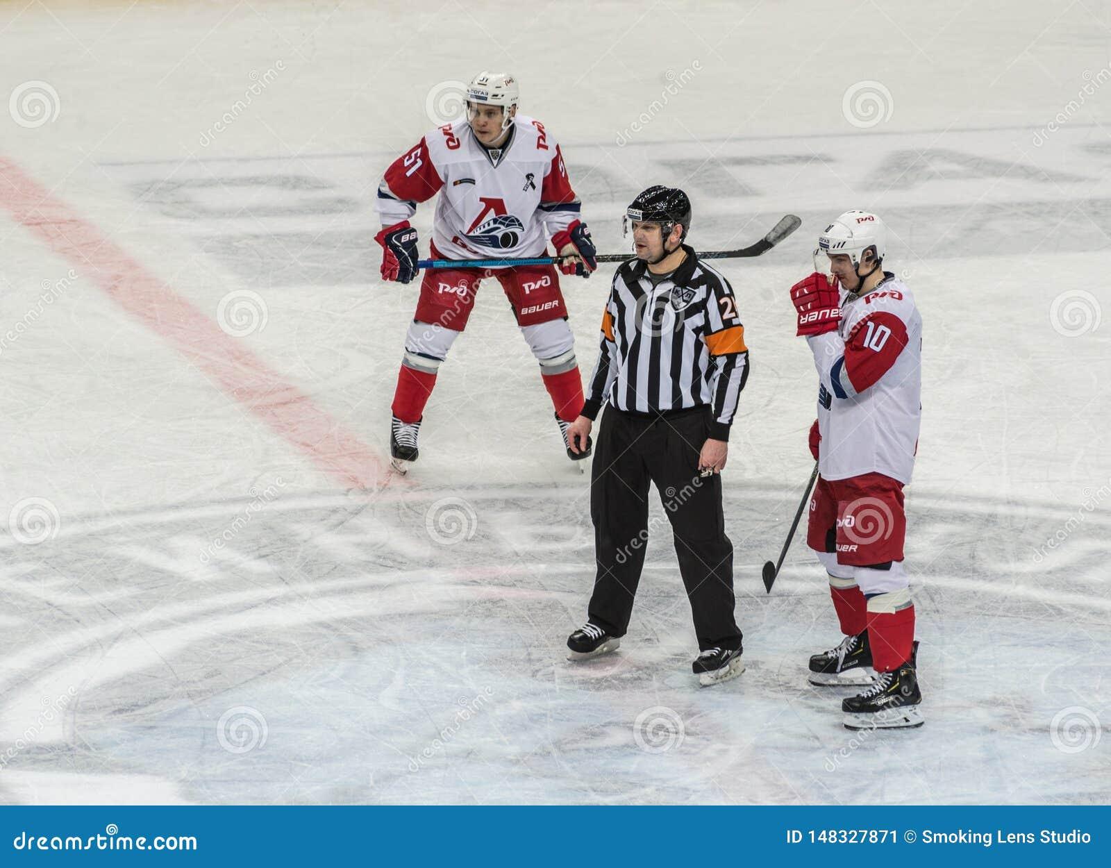 Hokeja na lodzie gra, gracze i arbiter,