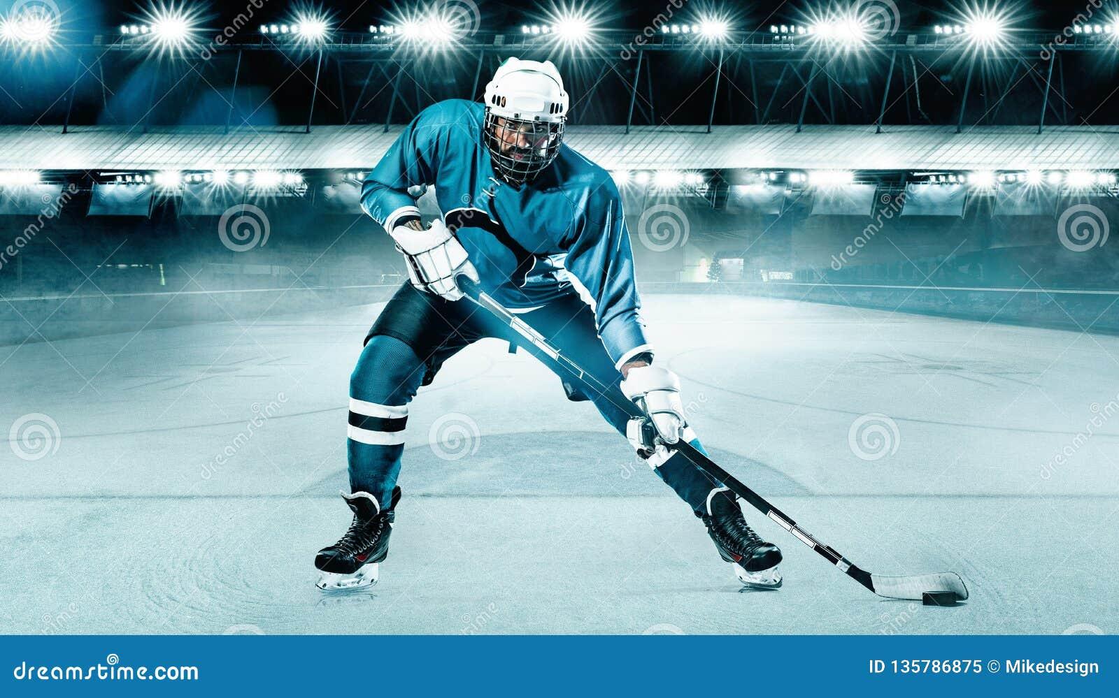 Hokeja Na Lodzie gracza atleta w hełmie i rękawiczki na stadium z kijem Akcja strzał pojęcie odizolowywający sporta biel