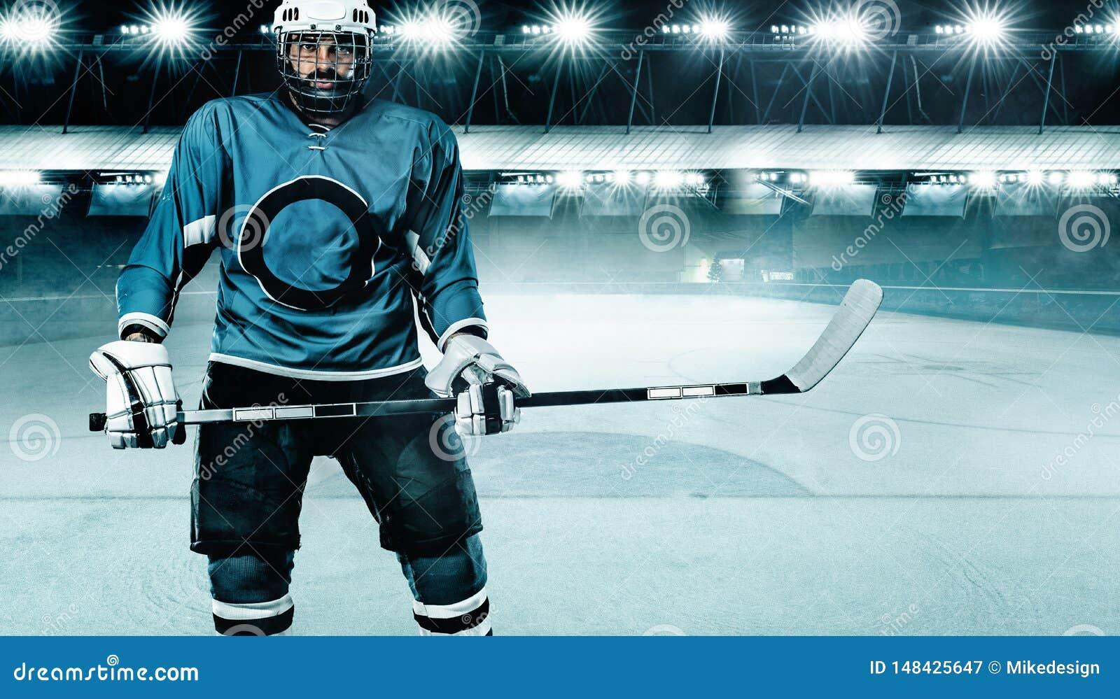 Hokeja Na Lodzie gracza atleta w he?mie i r?kawiczki na stadium z kijem Akcja strza? poj?cie odizolowywaj?cy sporta biel