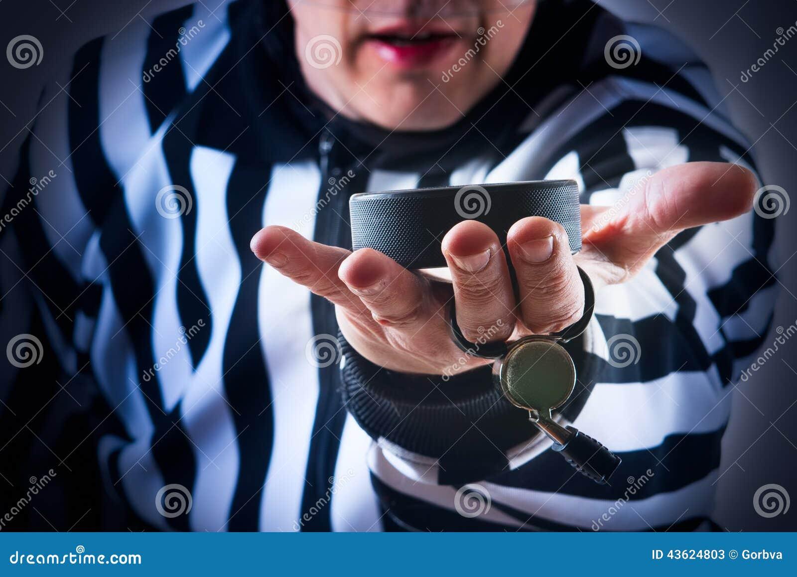 Hokejowy arbitra chwyt krążek hokojowy