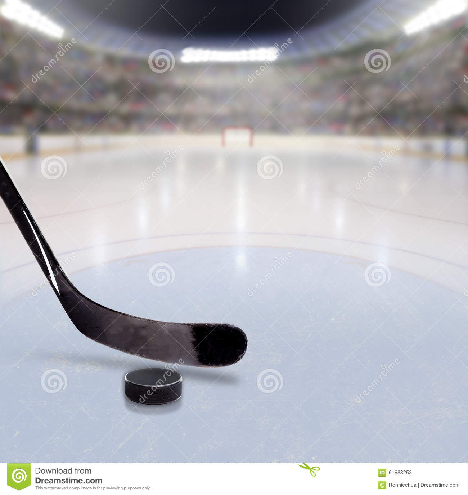 Hokejowy kij i krążek hokojowy na lodzie Zatłoczona arena