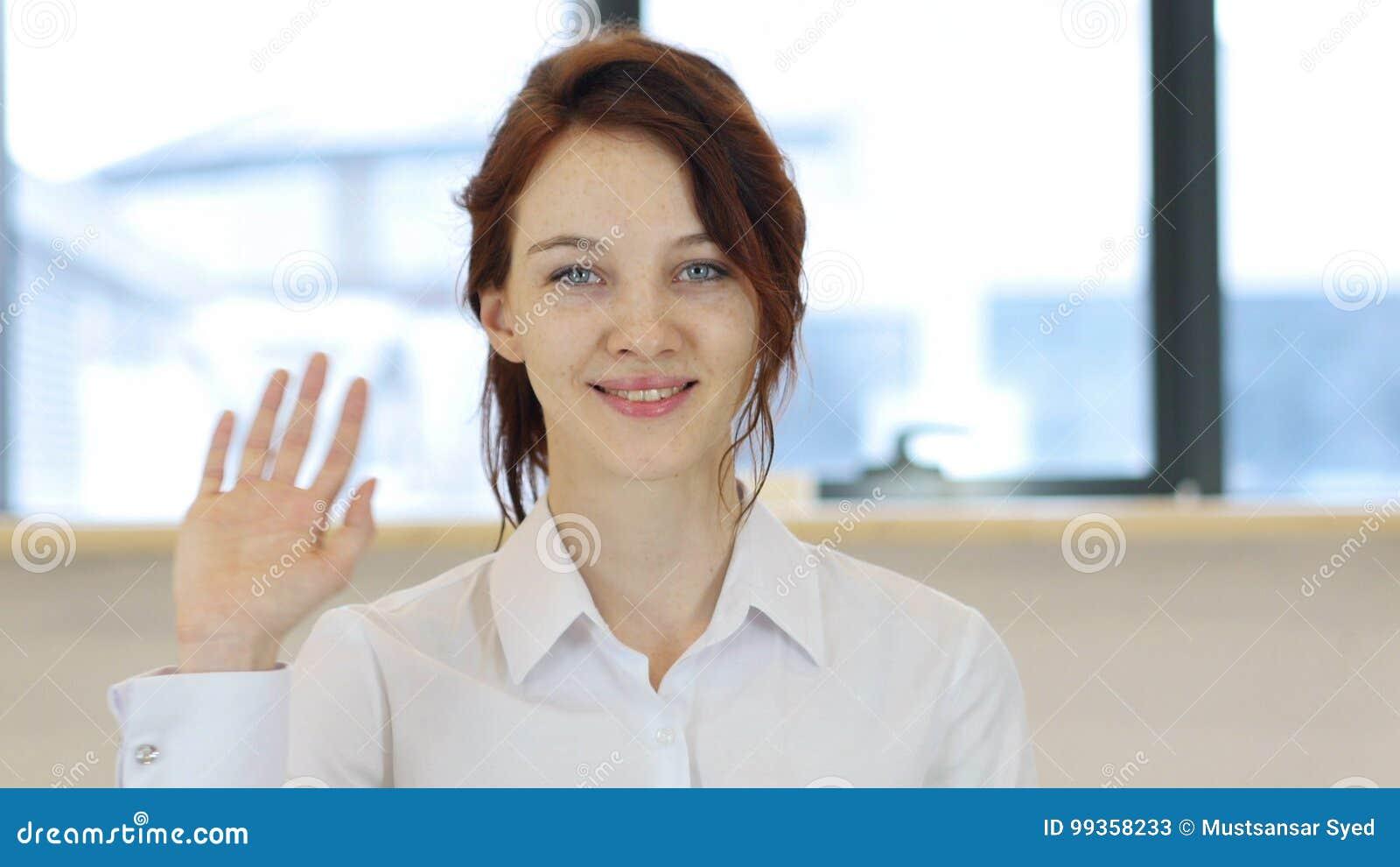 Hola, mano que agita de la mujer