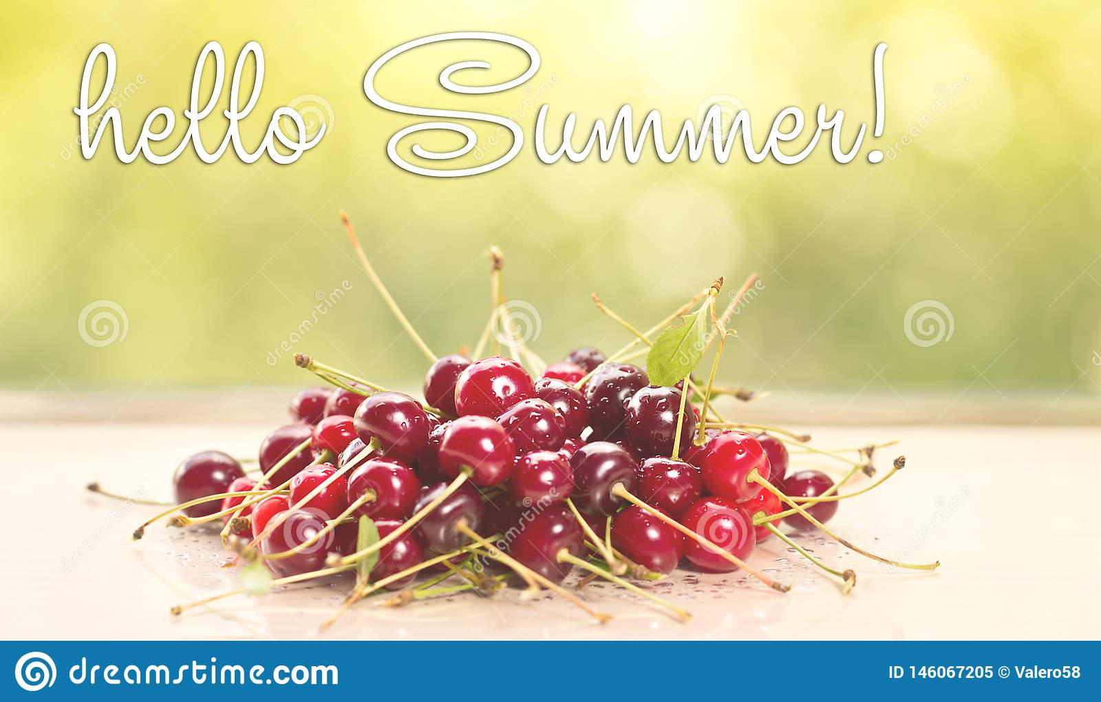 Hola tarjeta de felicitaci?n del verano Cerezas frescas en la tabla de madera