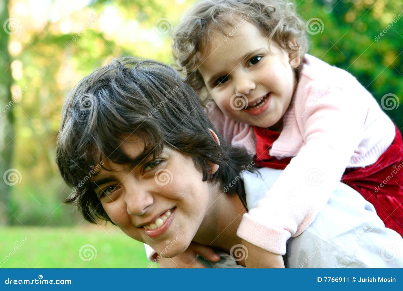 Holding del fratello vicino alla sua più giovane sorella due,