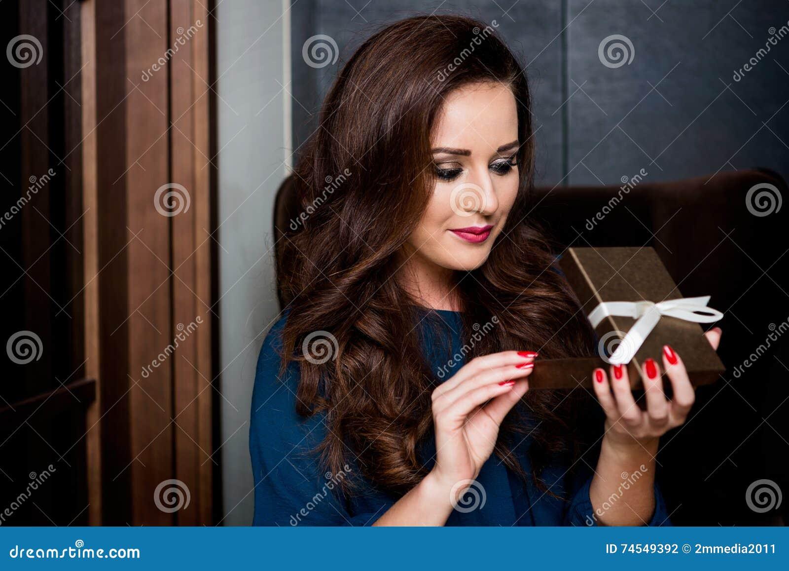 Holding della giovane donna con il contenitore di regalo