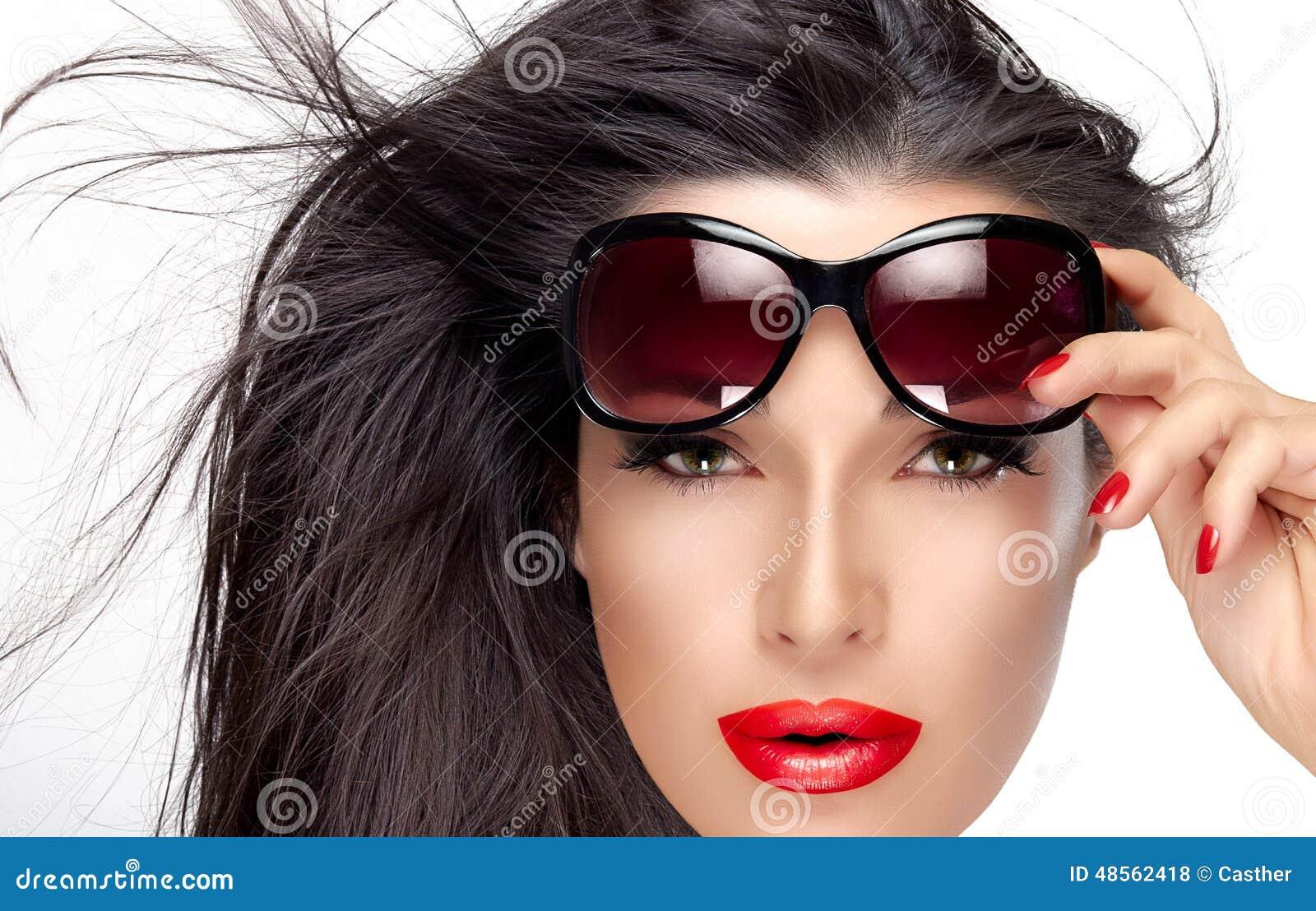 Holding Fashion Sunglasses modelo hermoso en la frente