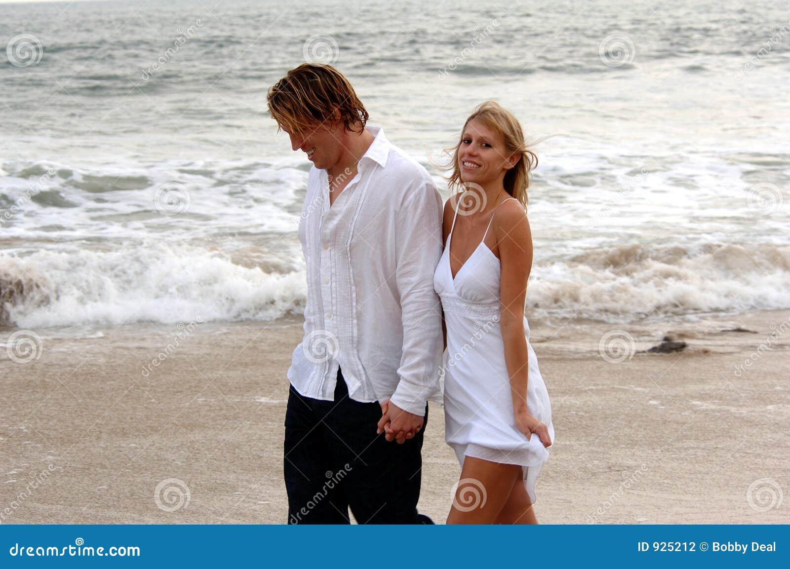 Holding-Hände auf Strand