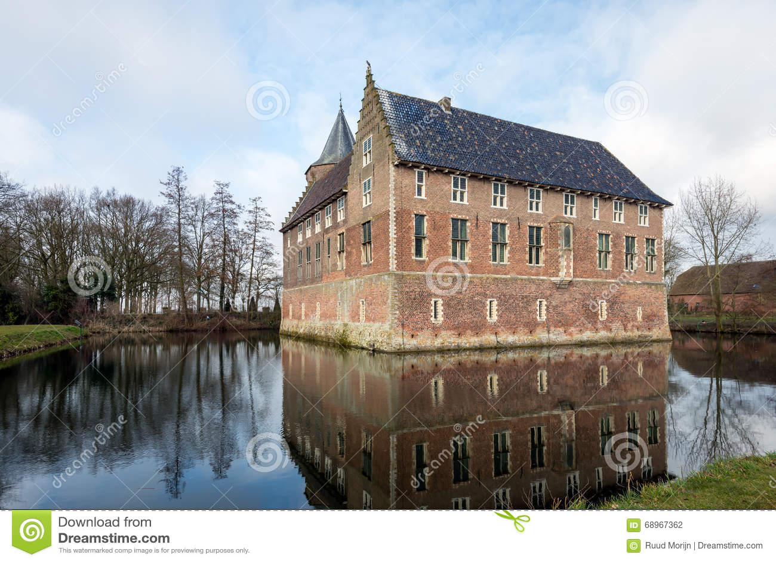 Holenderski średniowieczny kasztel odbijający w fosie