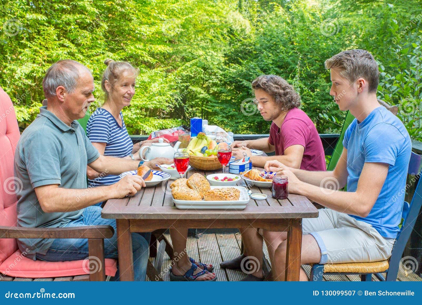 Holenderski rodzinny łasowania śniadanie w naturze