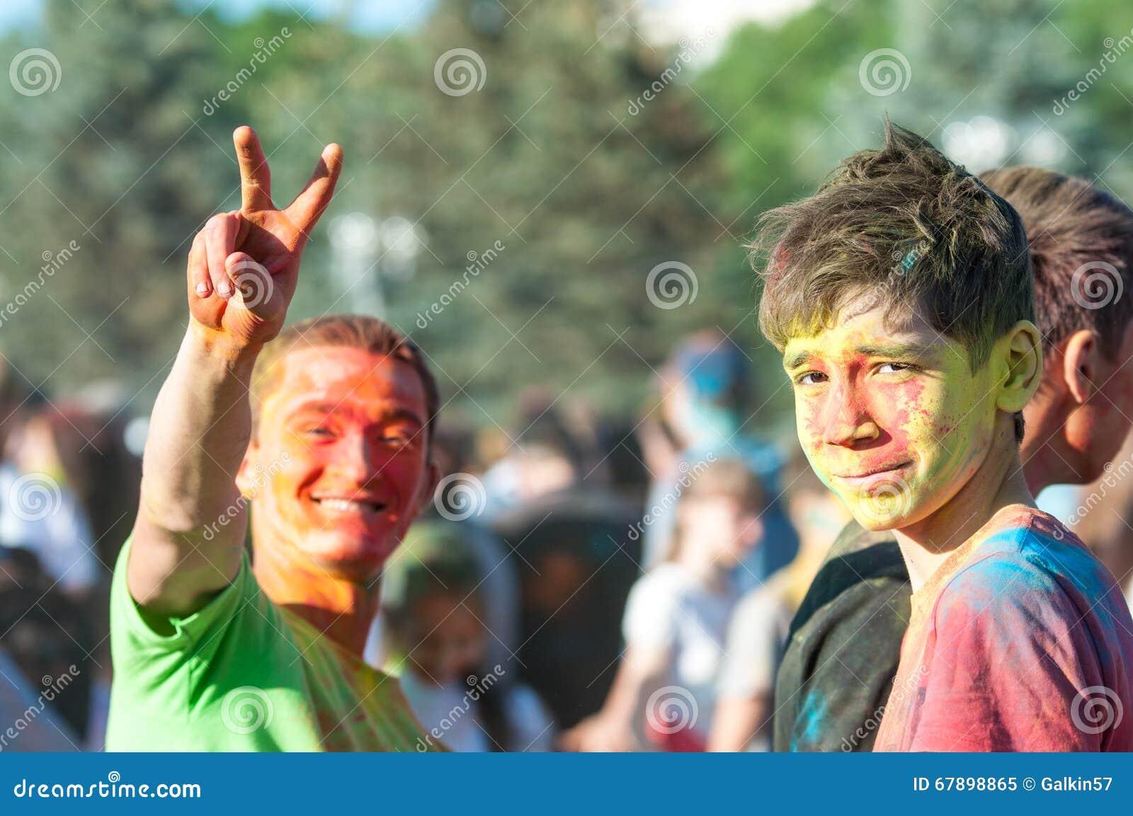 Holi节日的青年人