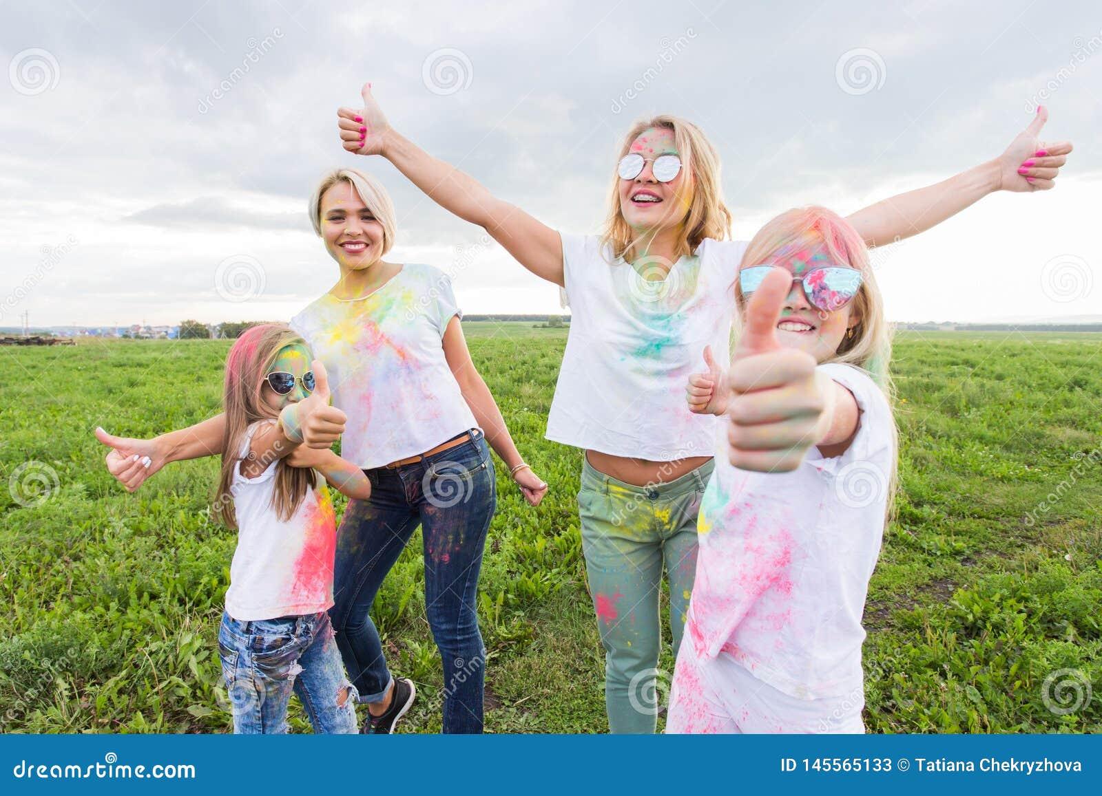 Holi festiwal, wakacje i szczęścia pojęcie, - młodzi wiek dojrzewania i kobiety w kolorach zabawę plenerową
