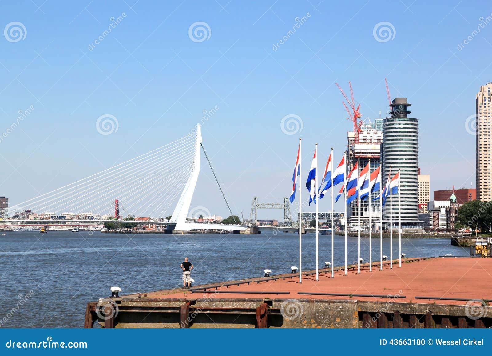 Holländare sjunker längs den Nieuwe Maas floden, Rotterdam, Holland