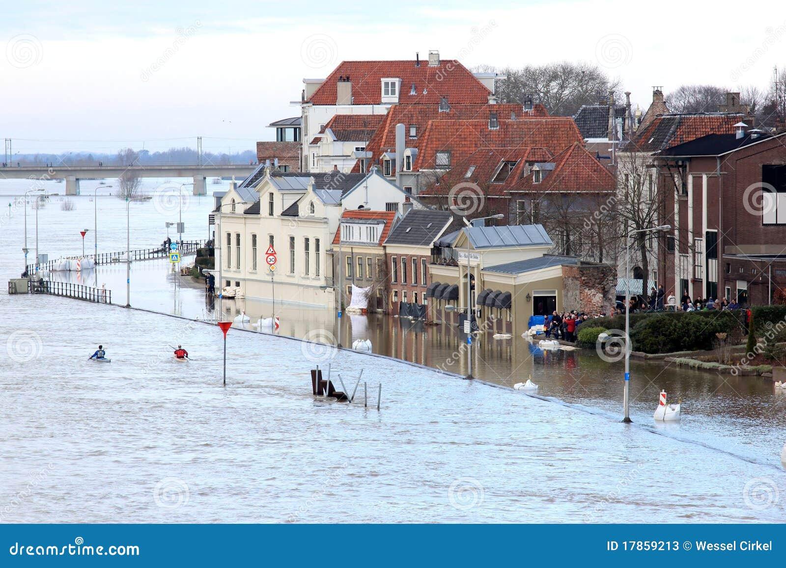 Holländischer Fluss ist das Kai, Deventer übergelaufen