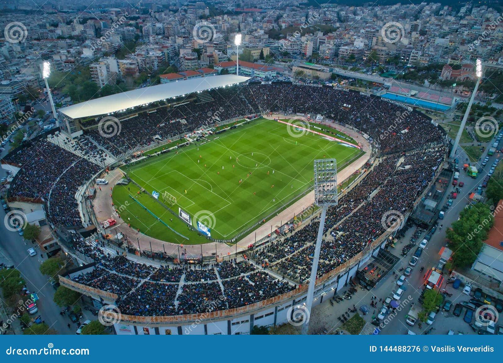 Holl?n a?reo del estadio de Toumba por completo de fans durante un partido de f?tbol para el campeonato entre el PAOK de los equi