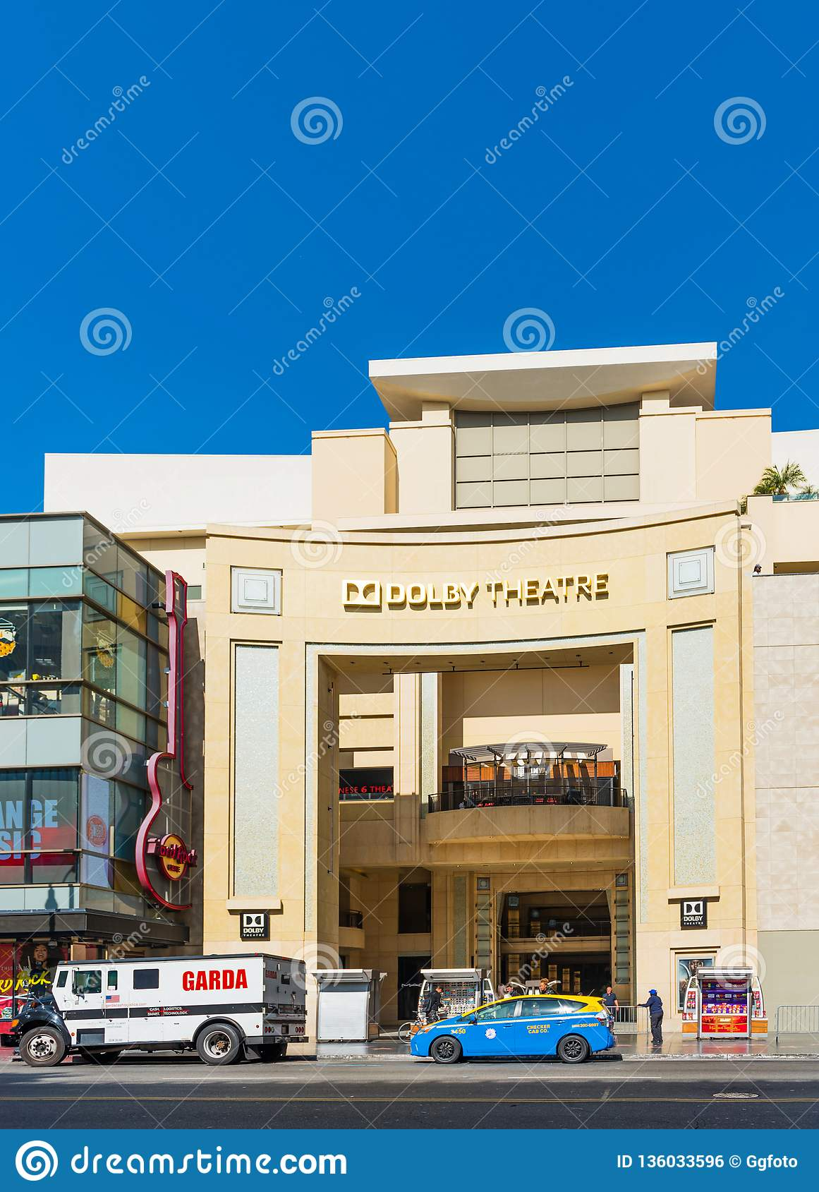 HOLLYWOOD, KALIFORNIA, usa - LUTY 6, 2018: Widok fasada Dolby Theater na miasto ulicie Odizolowywający na błękitnym tle