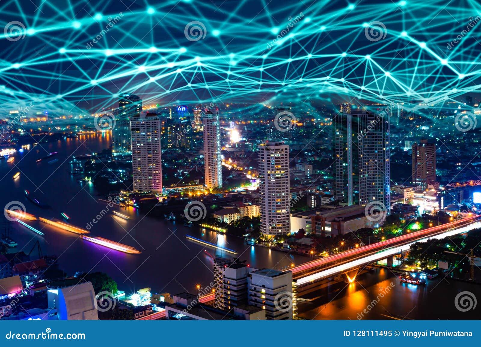 Hologramme numérique du réseau 5G et Internet des choses sur le backg de ville