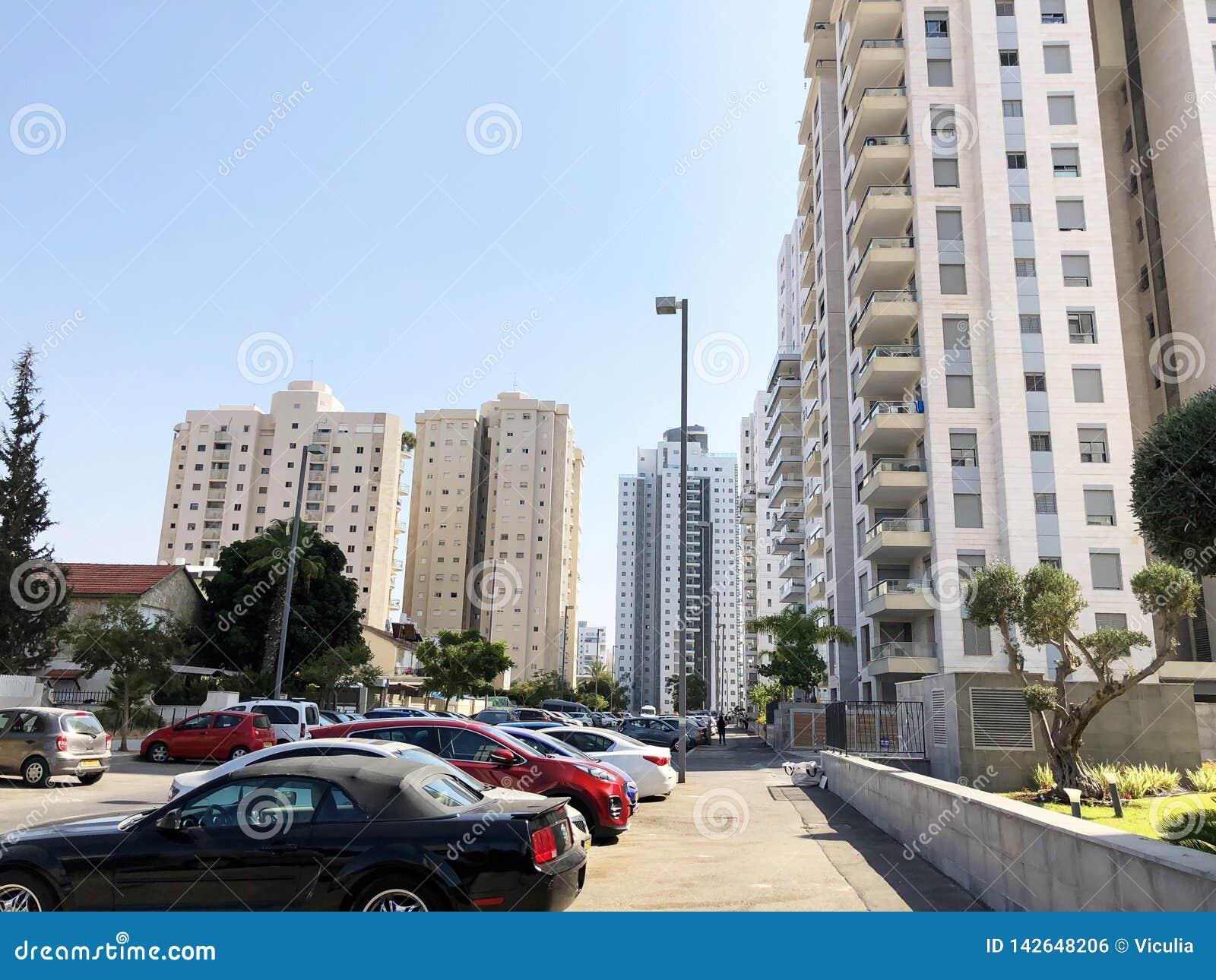 HOLON, ISRAEL 2 DE SETEMBRO DE 2019: Construções residenciais altas em Holon, Israel