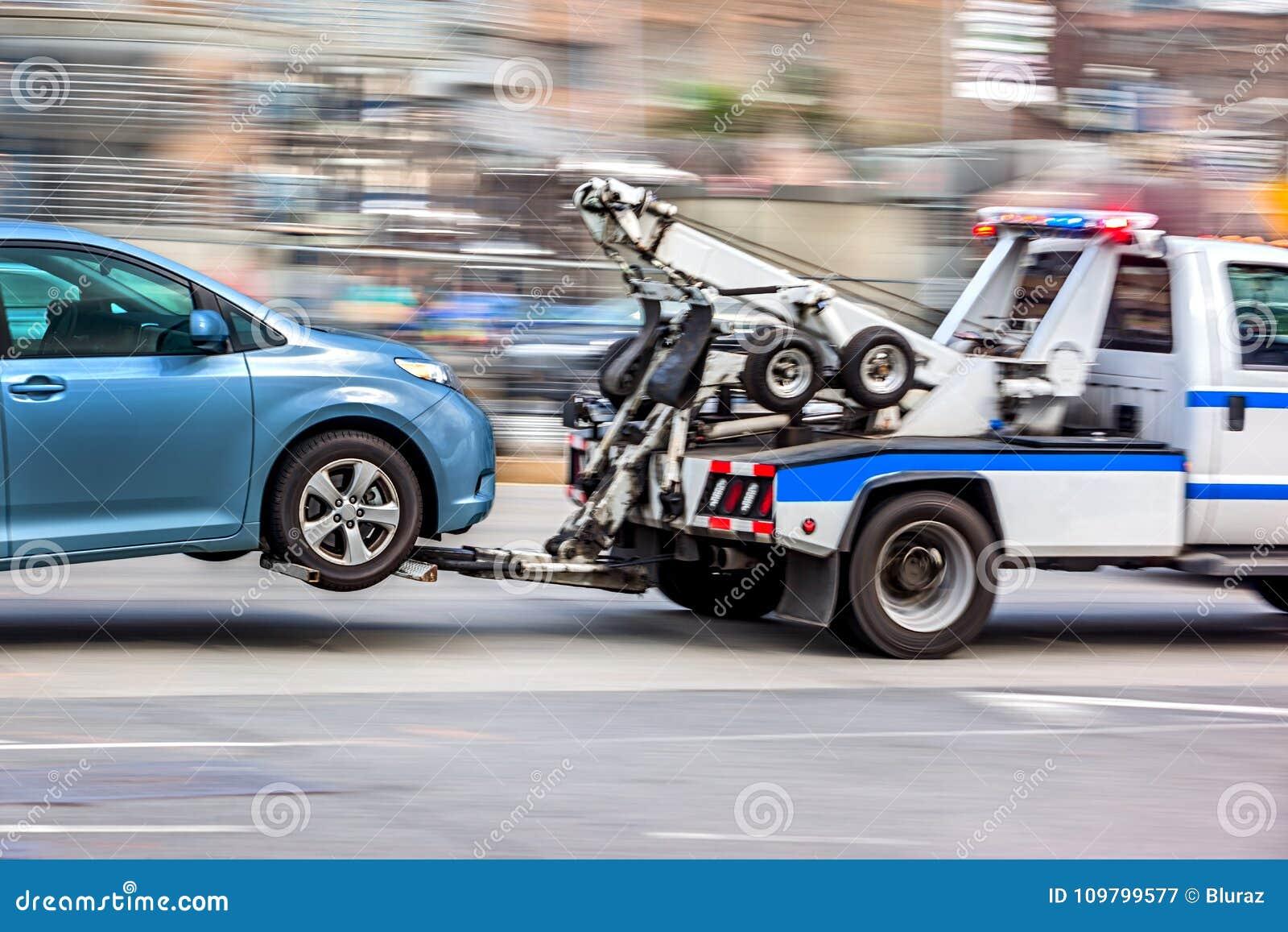 Holownicza ciężarówka dostarcza uszkadzającego pojazd