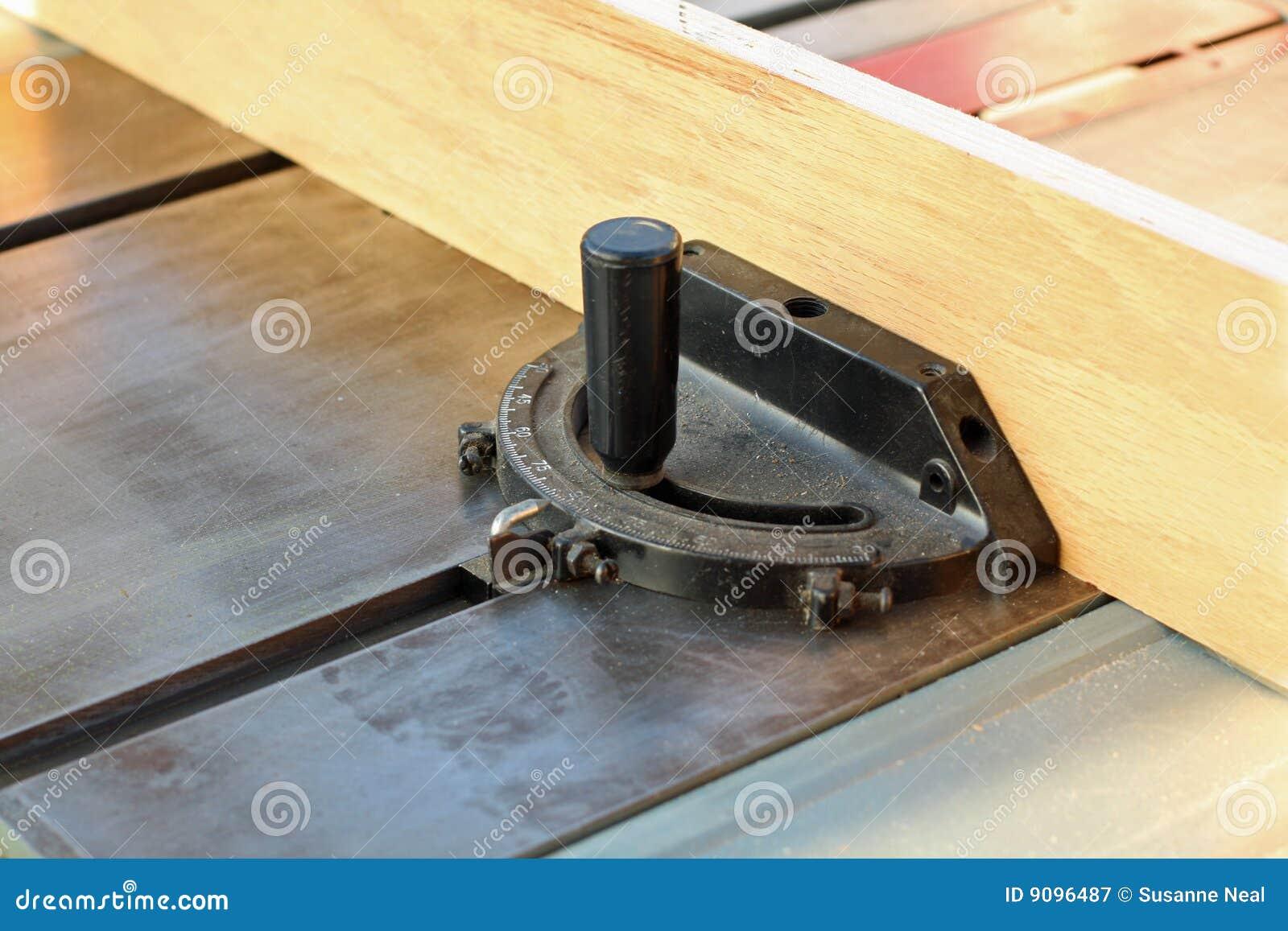Holz auf einer Tabellensäge