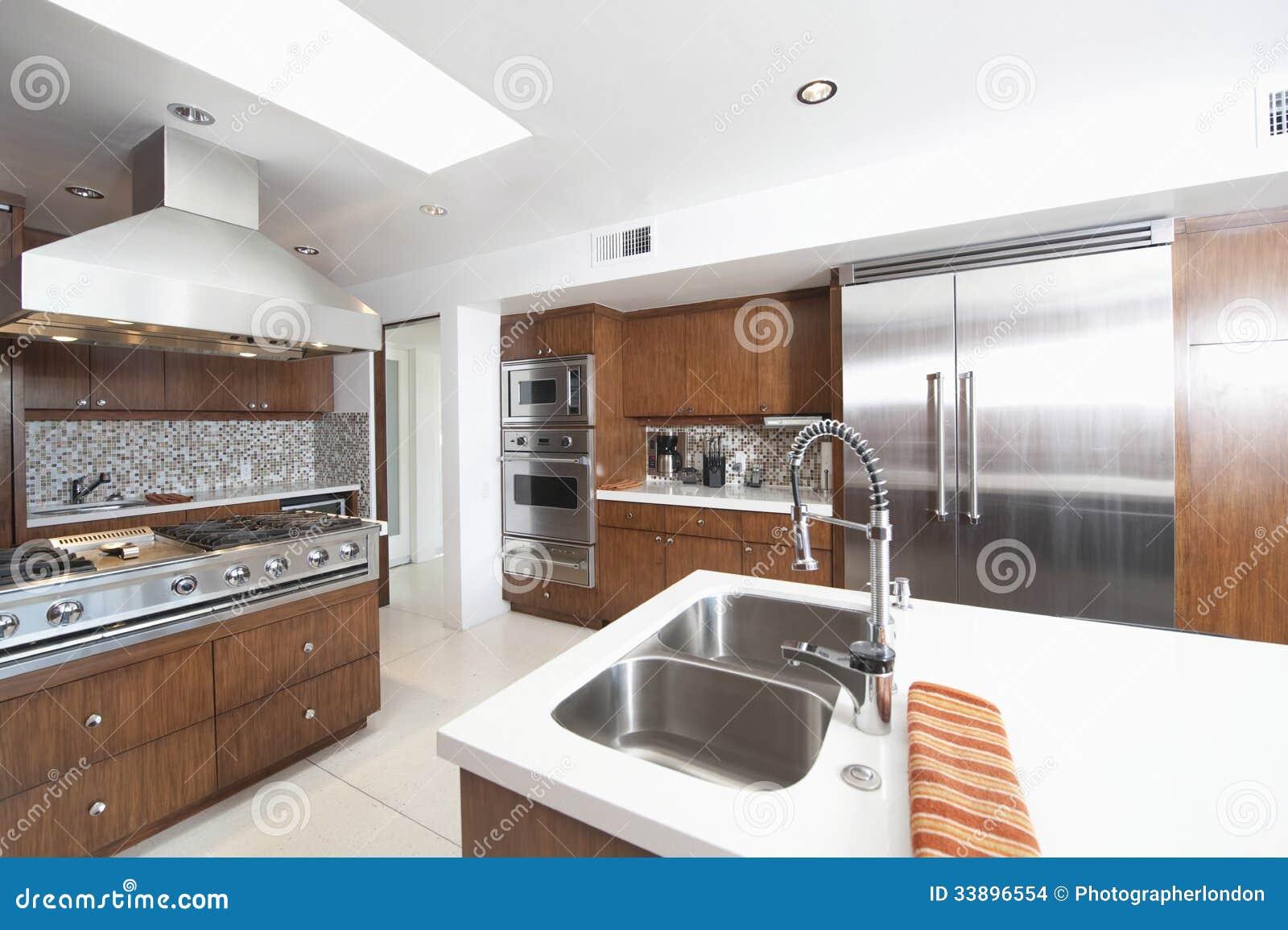 Holz-und Edelstahl-Küche stockfoto. Bild von insel, wohnsitz - 33896554