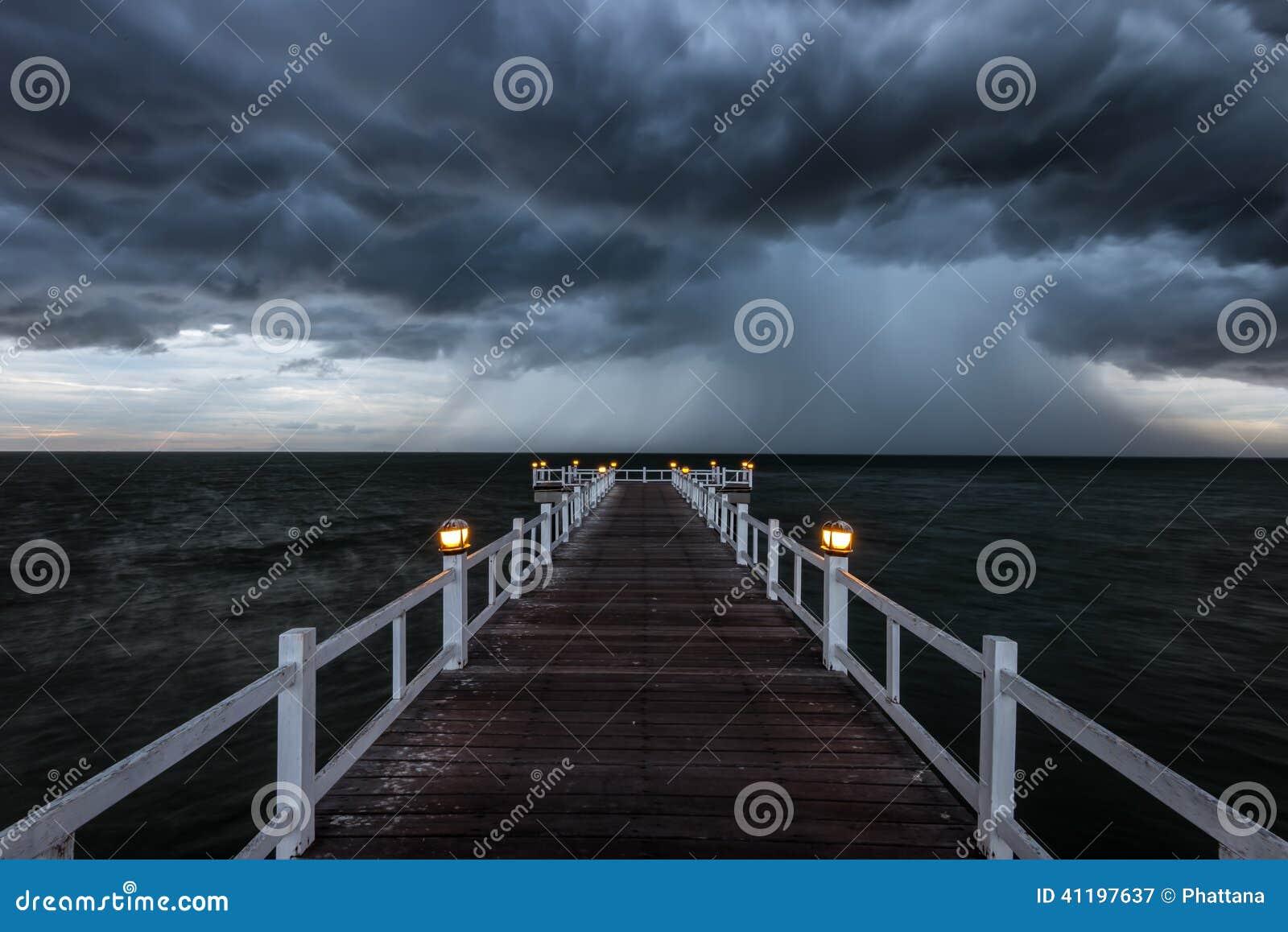 Holzbrücke in das Meer