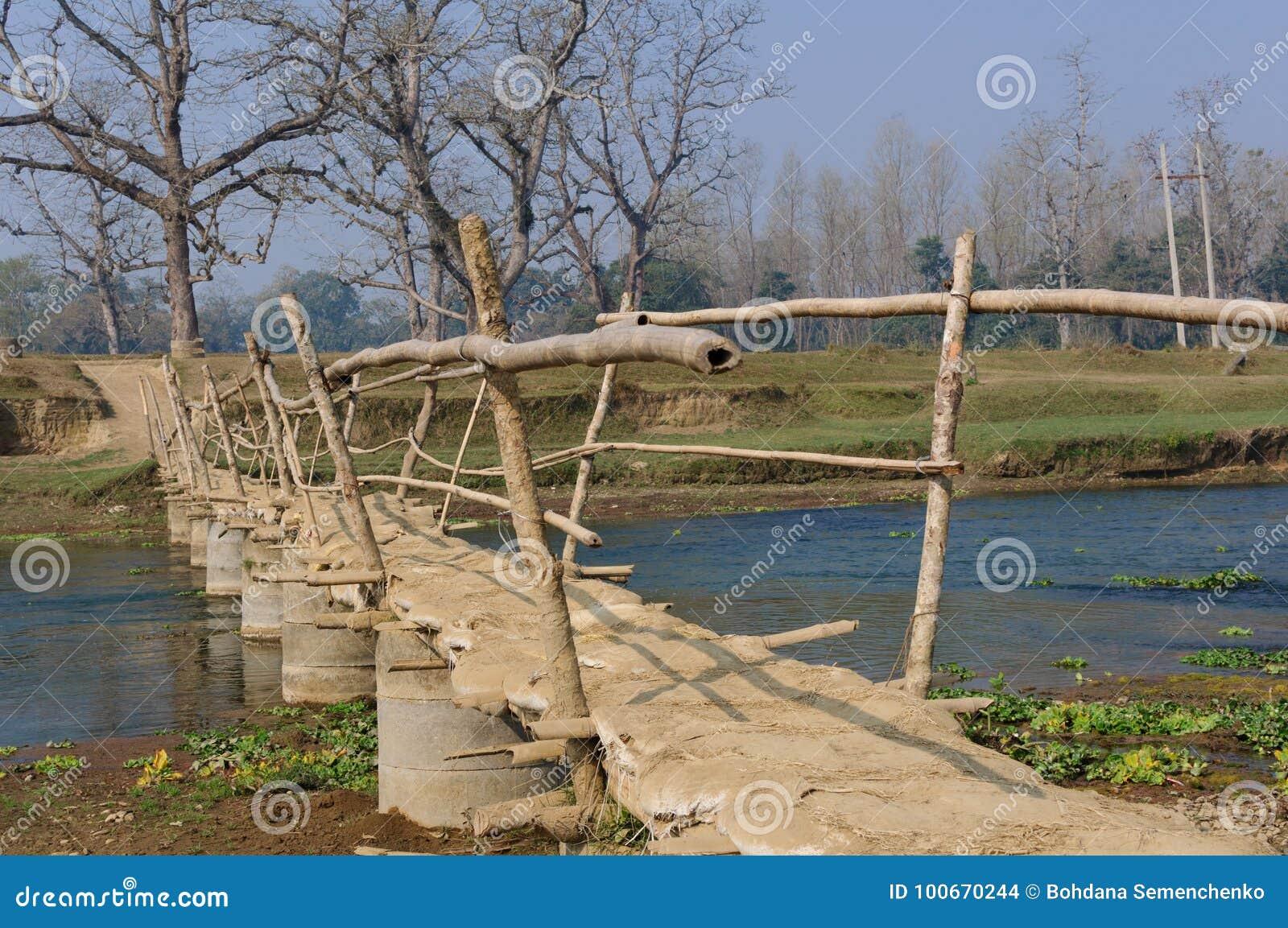 Holzbrücke im Dorf in Brücke Nepals A über dem Fluss Rapti, im Nationalpark Chitwan nepal