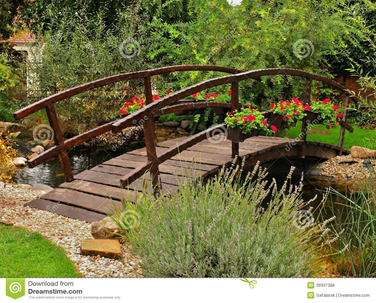 Holzbrücke Im Garten Stockfoto Bild Von Orange Grün 36937388