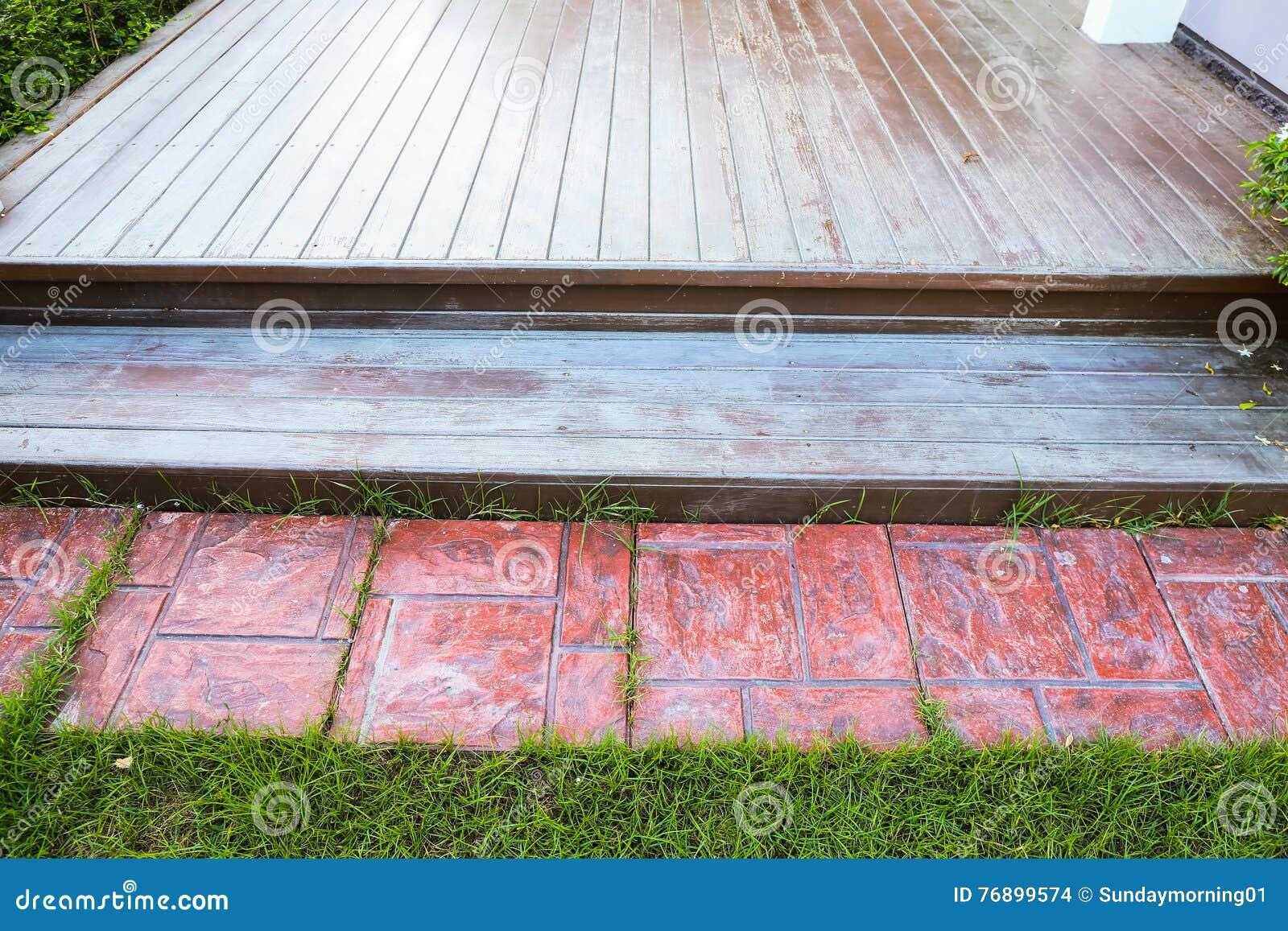 Holzfußboden Terrasse ~ Holzfußboden und mit ziegeln gedeckte zu hause terrasse stockfoto
