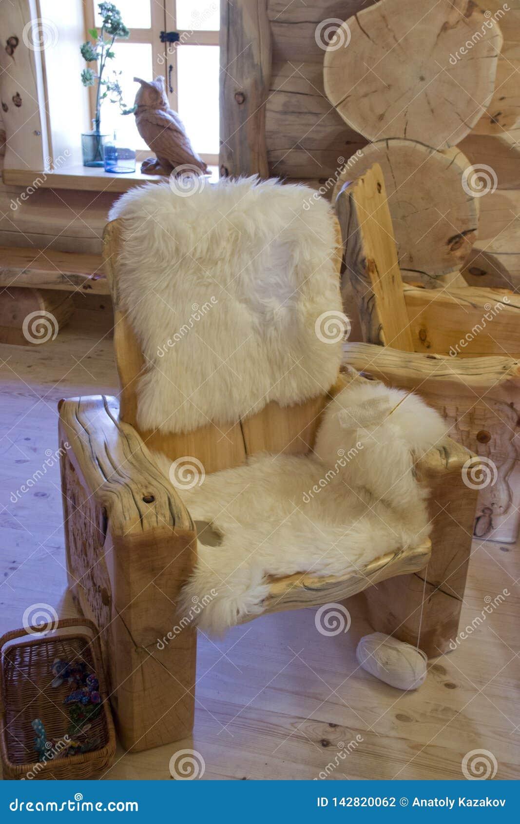 Holzstuhl mit Pelzordnung