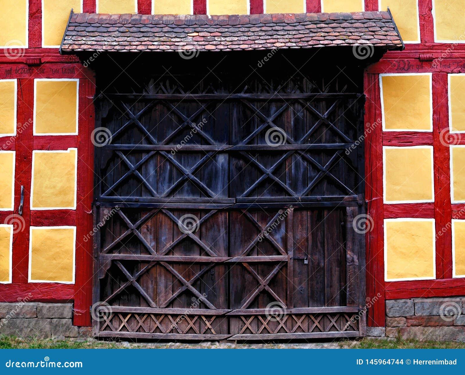 Holztür eines Binderhauses
