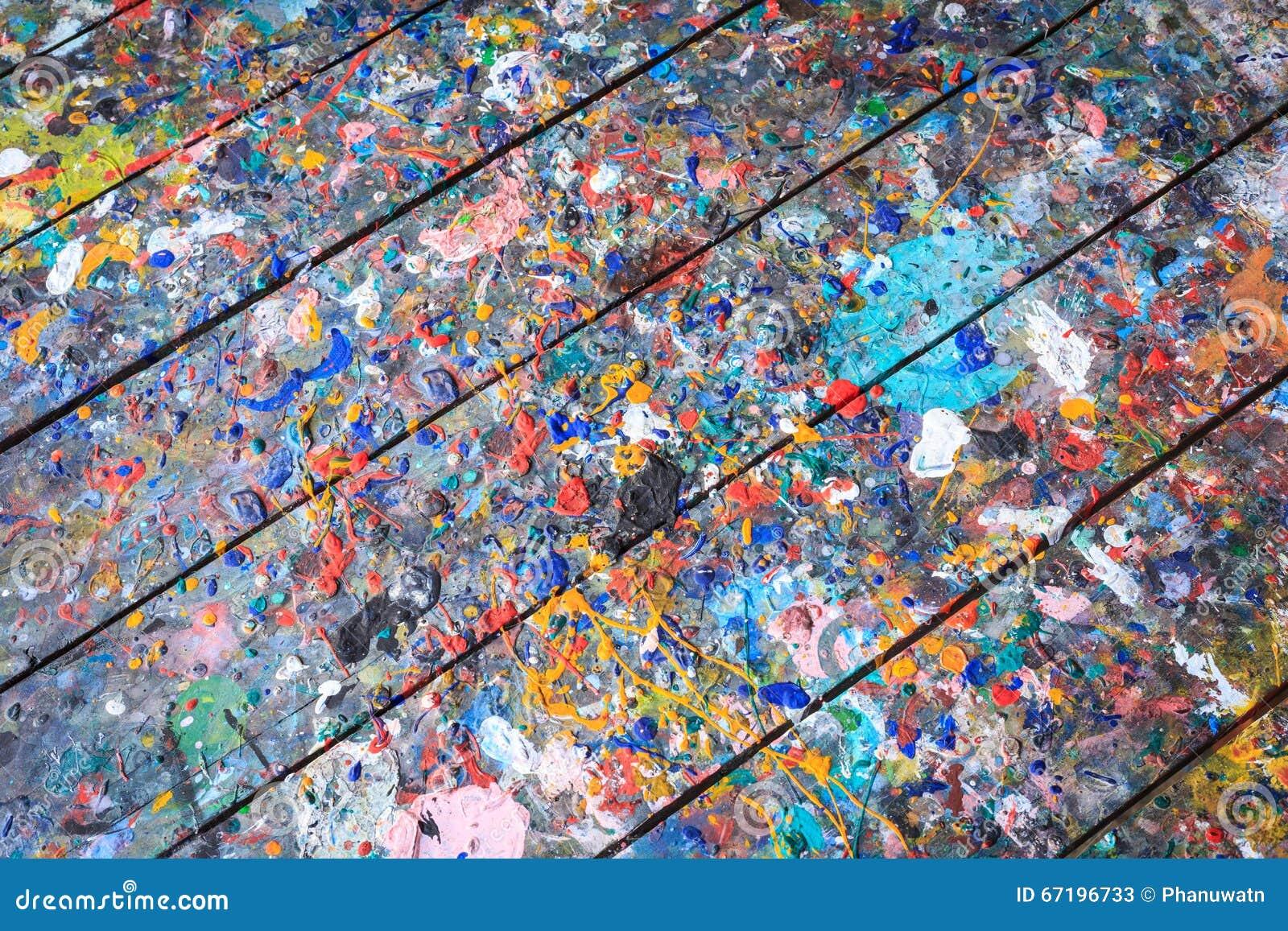 holztisch mit bunter farbenstelle auf der oberfläche stockfoto