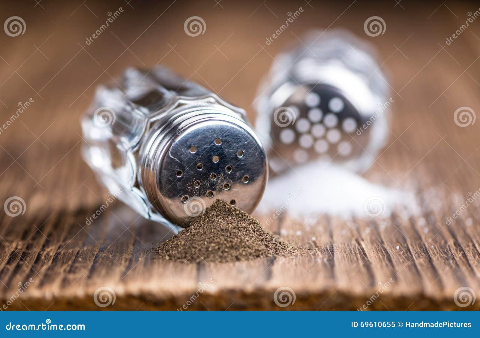Holztisch mit Salz-und Pfeffer-Schüttel-Apparat