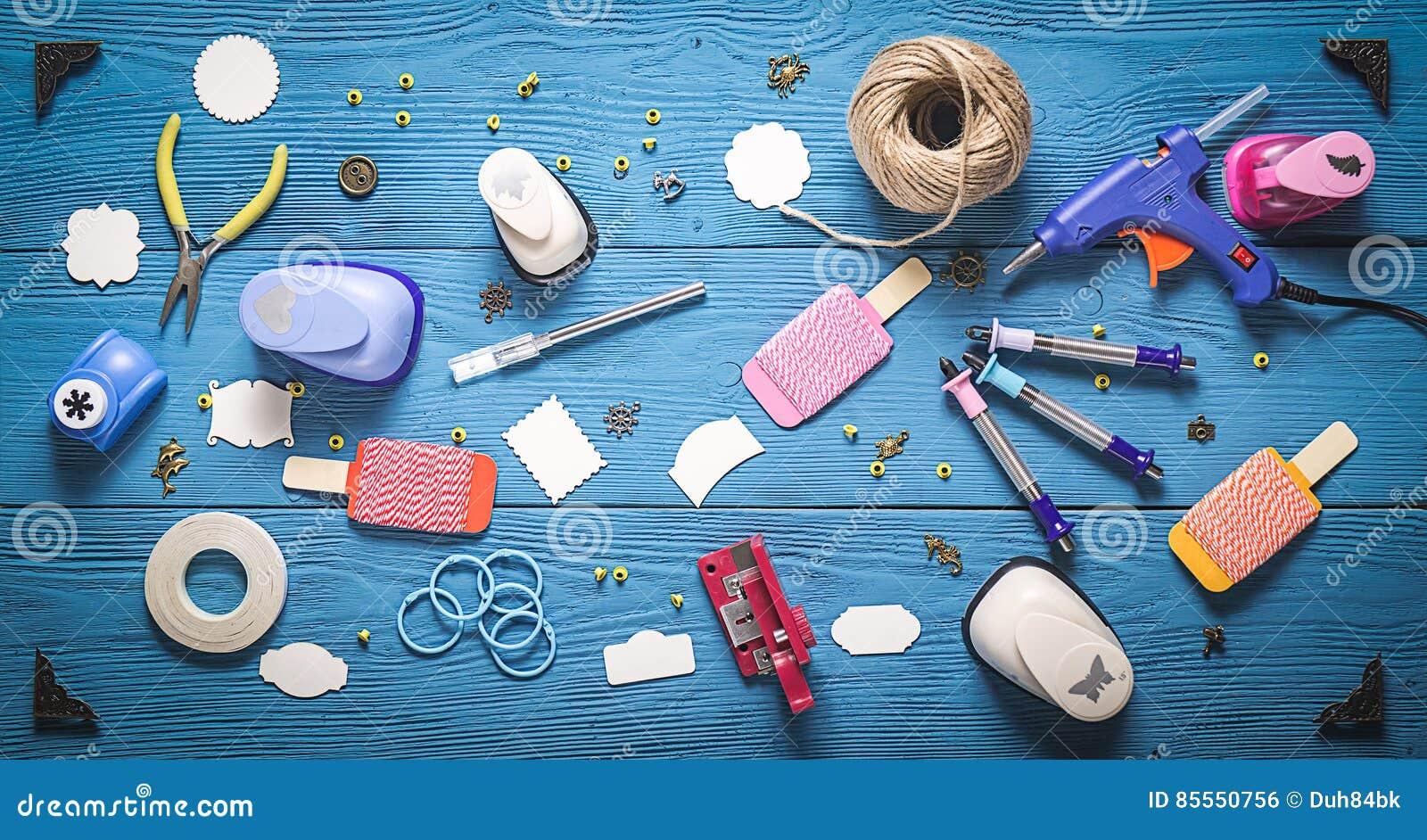 Holztisch mit Werkzeugen für das Scrapbooking
