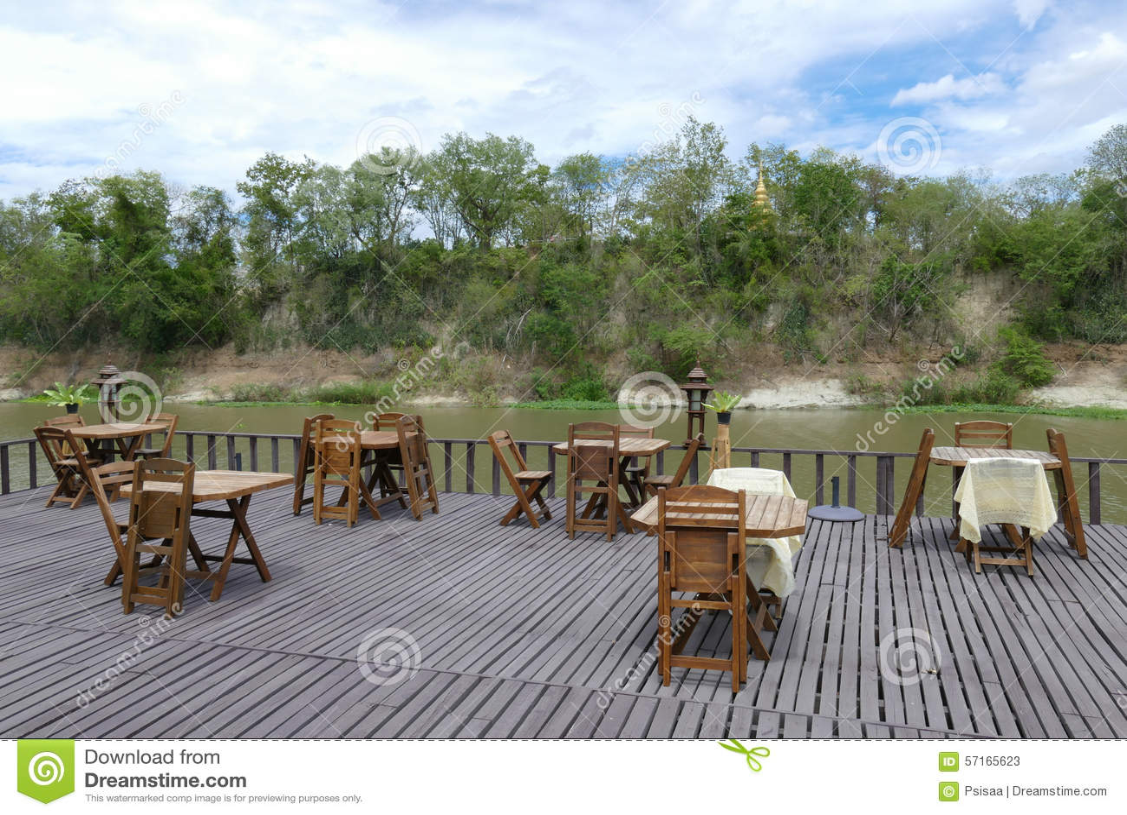 Holztisch Und Stuhl Auf Terrasse Am Ufer Stockbild Bild Von