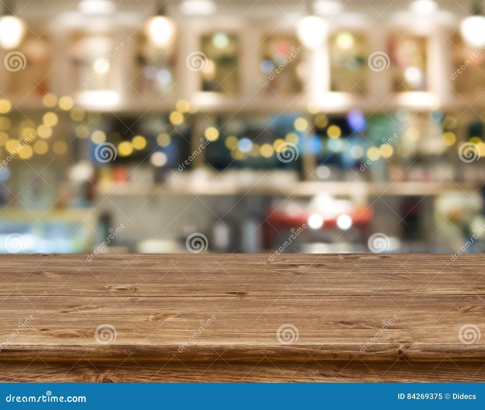 Holztisch vor Zusammenfassung unscharfem Küchenbankhintergrund