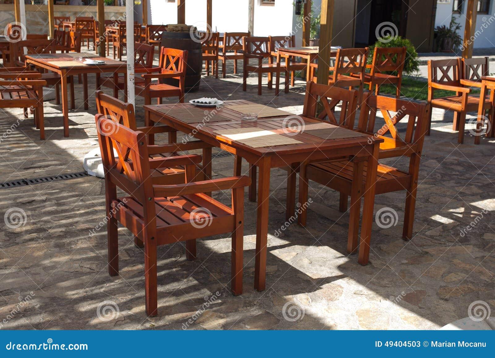 Download Holztische Und Chaires Auf Terrasse Stockbild - Bild von auslegung, sommer: 49404503