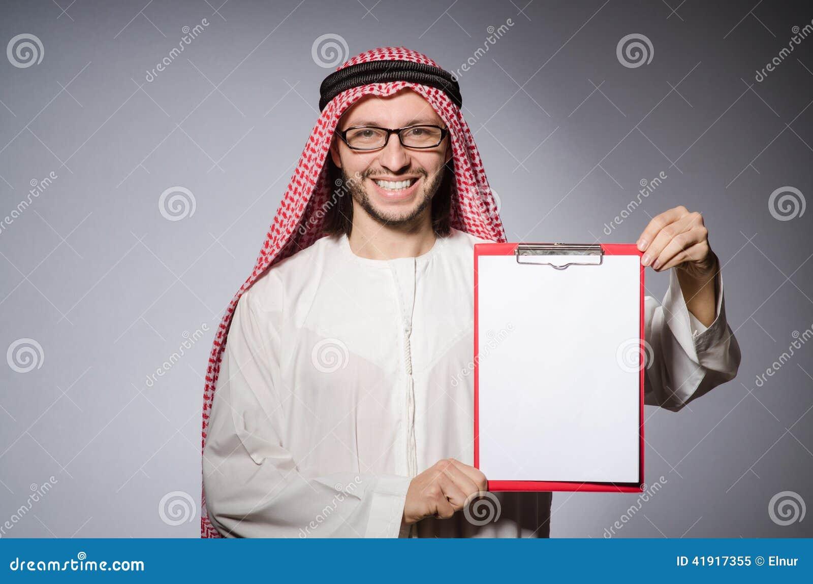 Hombre árabe con el papel
