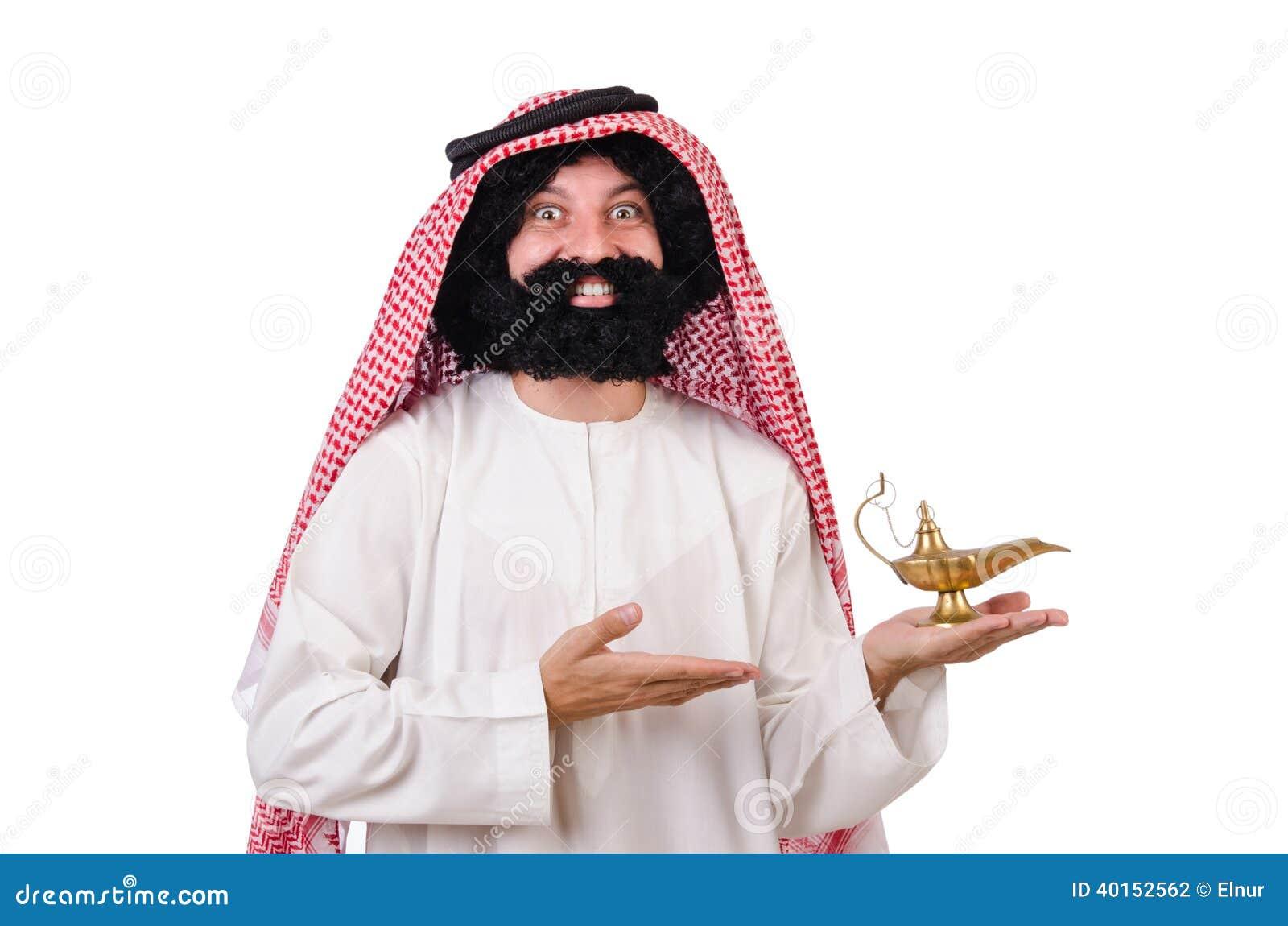 Hombre árabe divertido con la lámpara