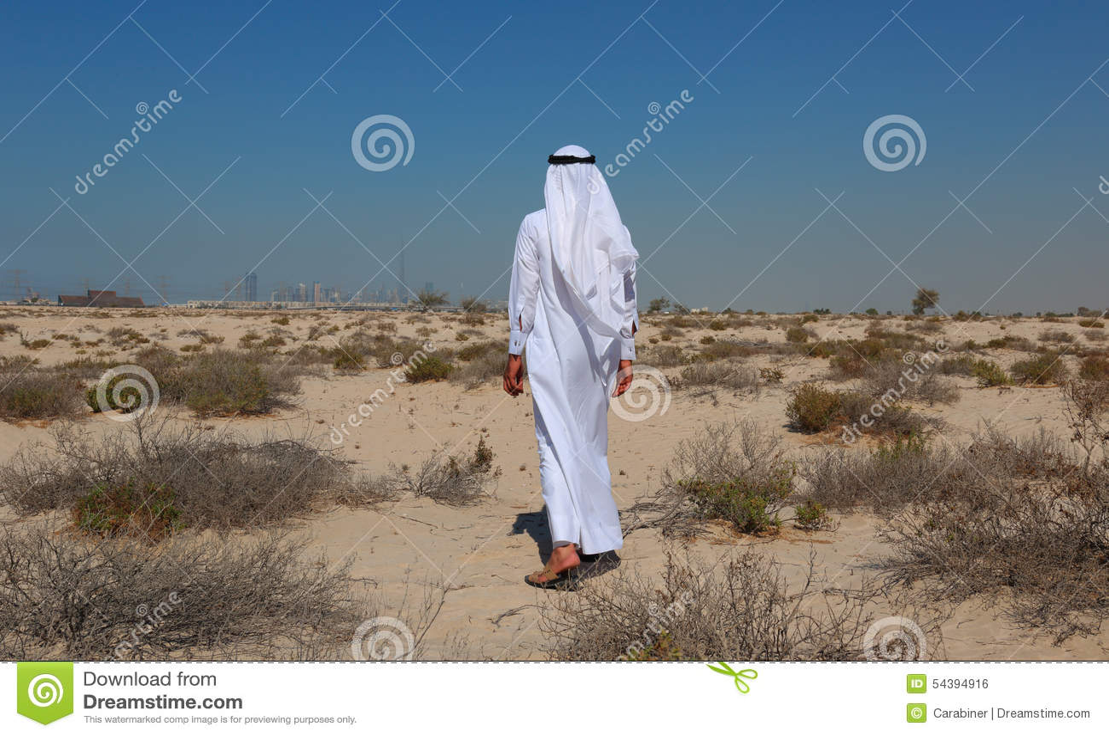 Hombre árabe en desierto