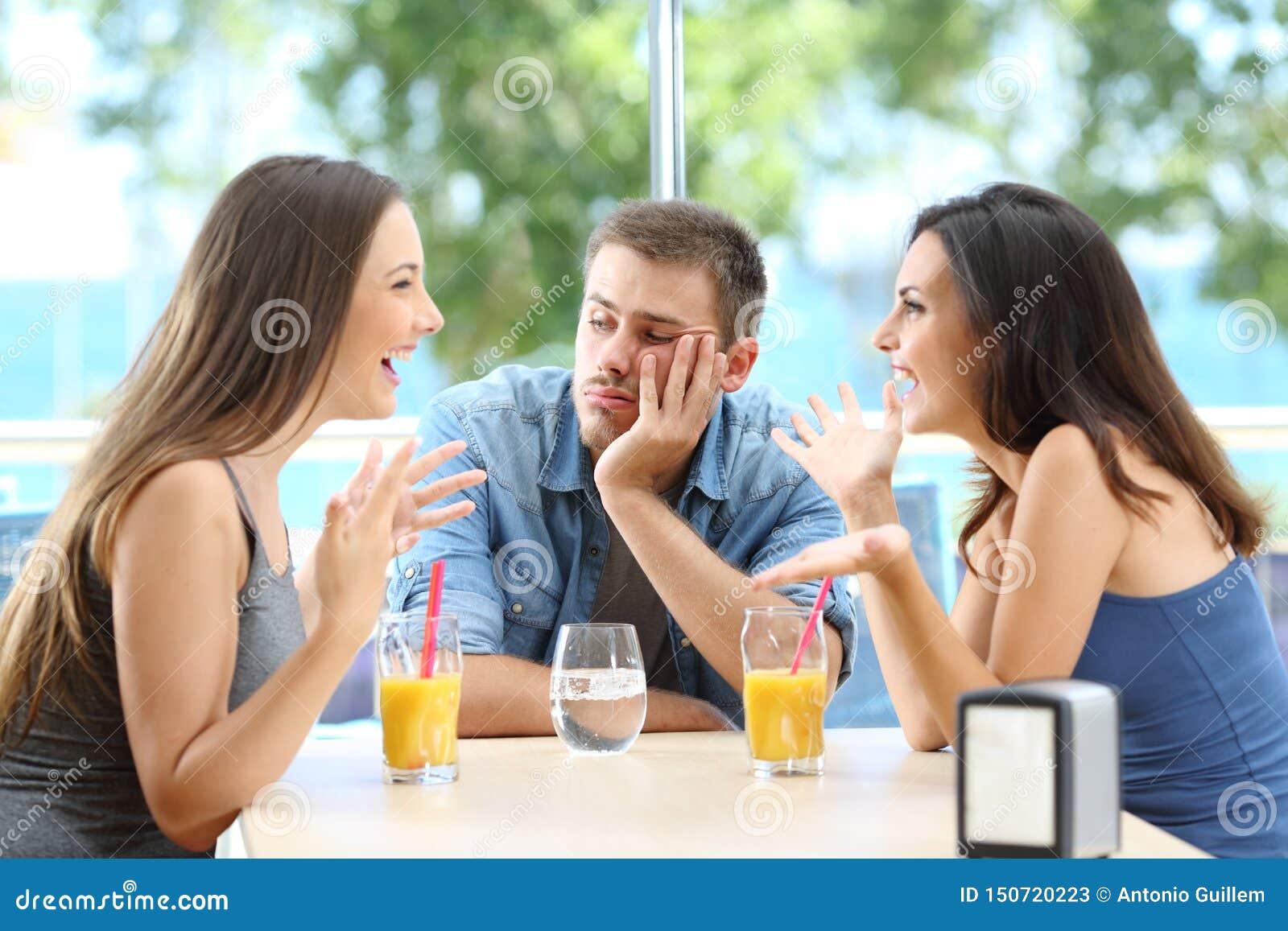 Hombre aburrido que escucha su conversación de los amigos