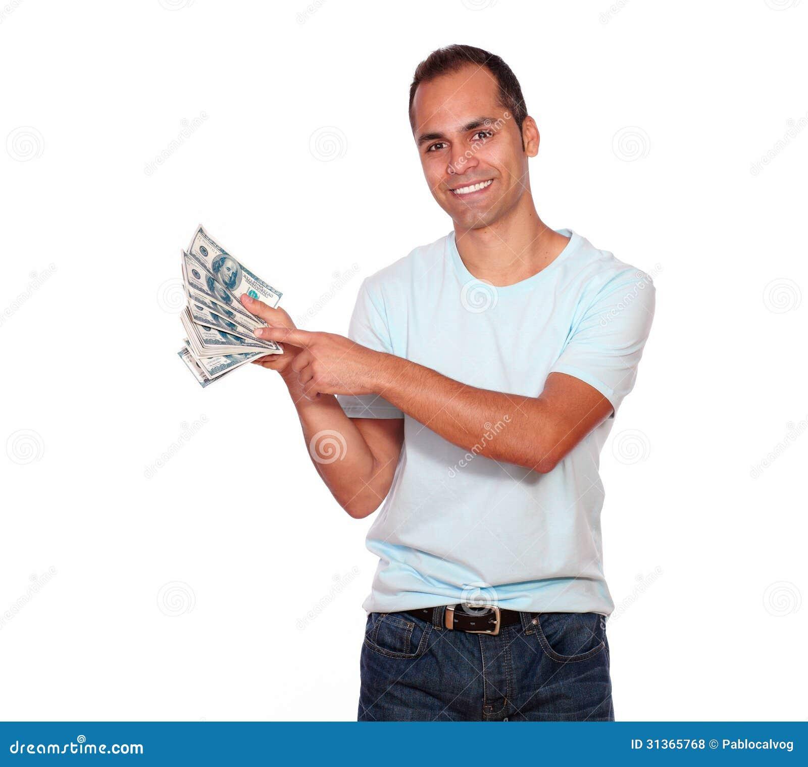 Hombre adulto encantador que le muestra el dinero del efectivo